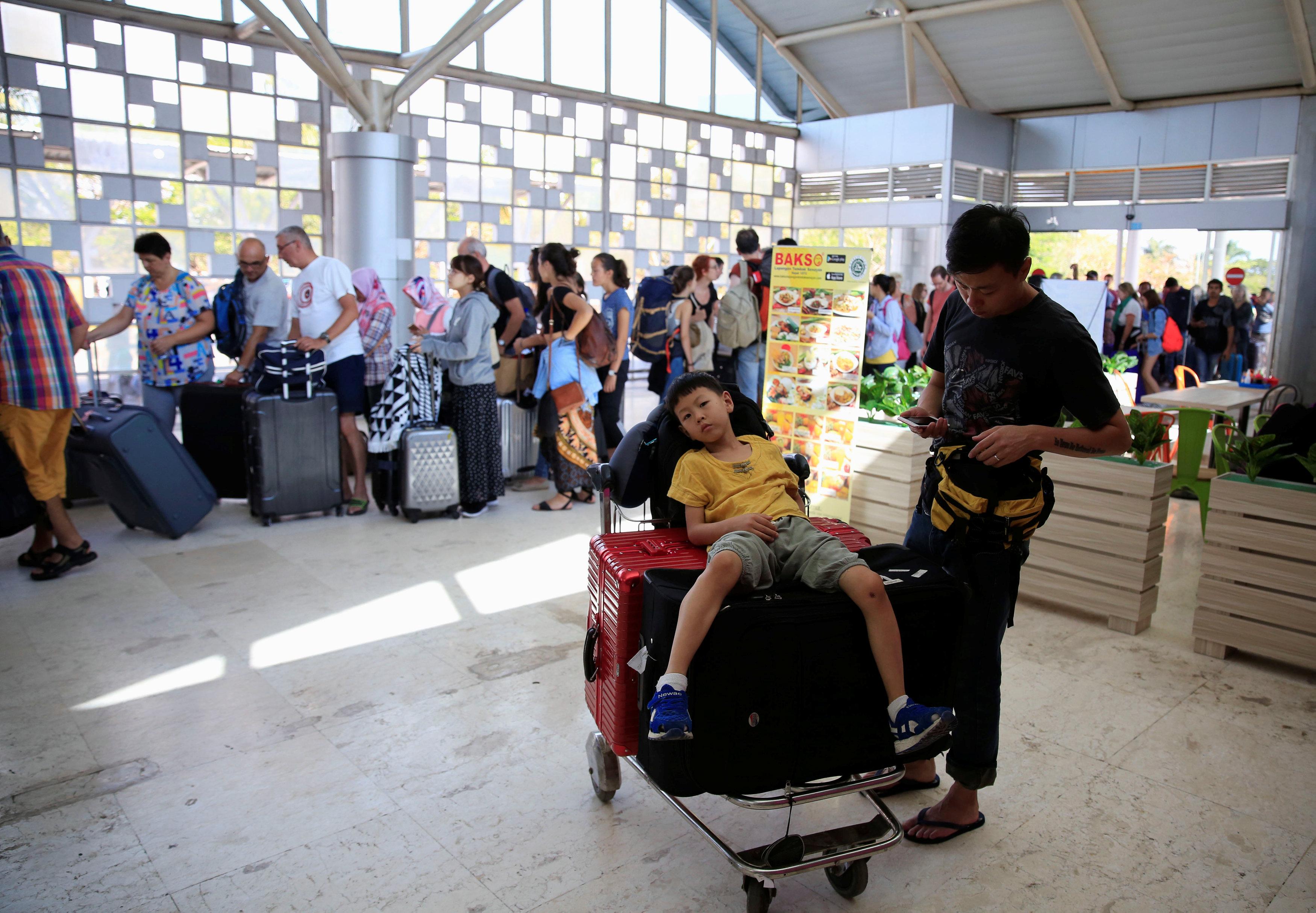 السياح يغادرون إندونيسيا