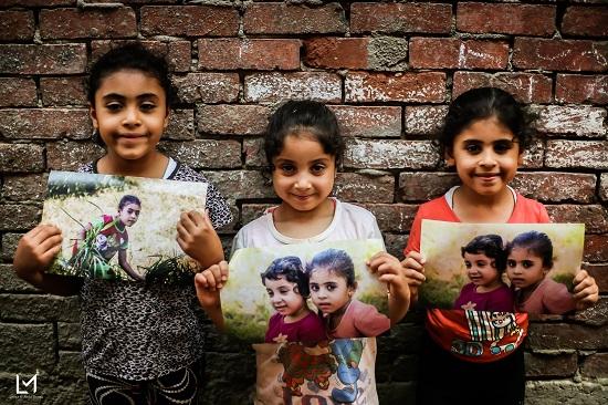 أطفال جزيرة الدهب يحملون صورهم (12)