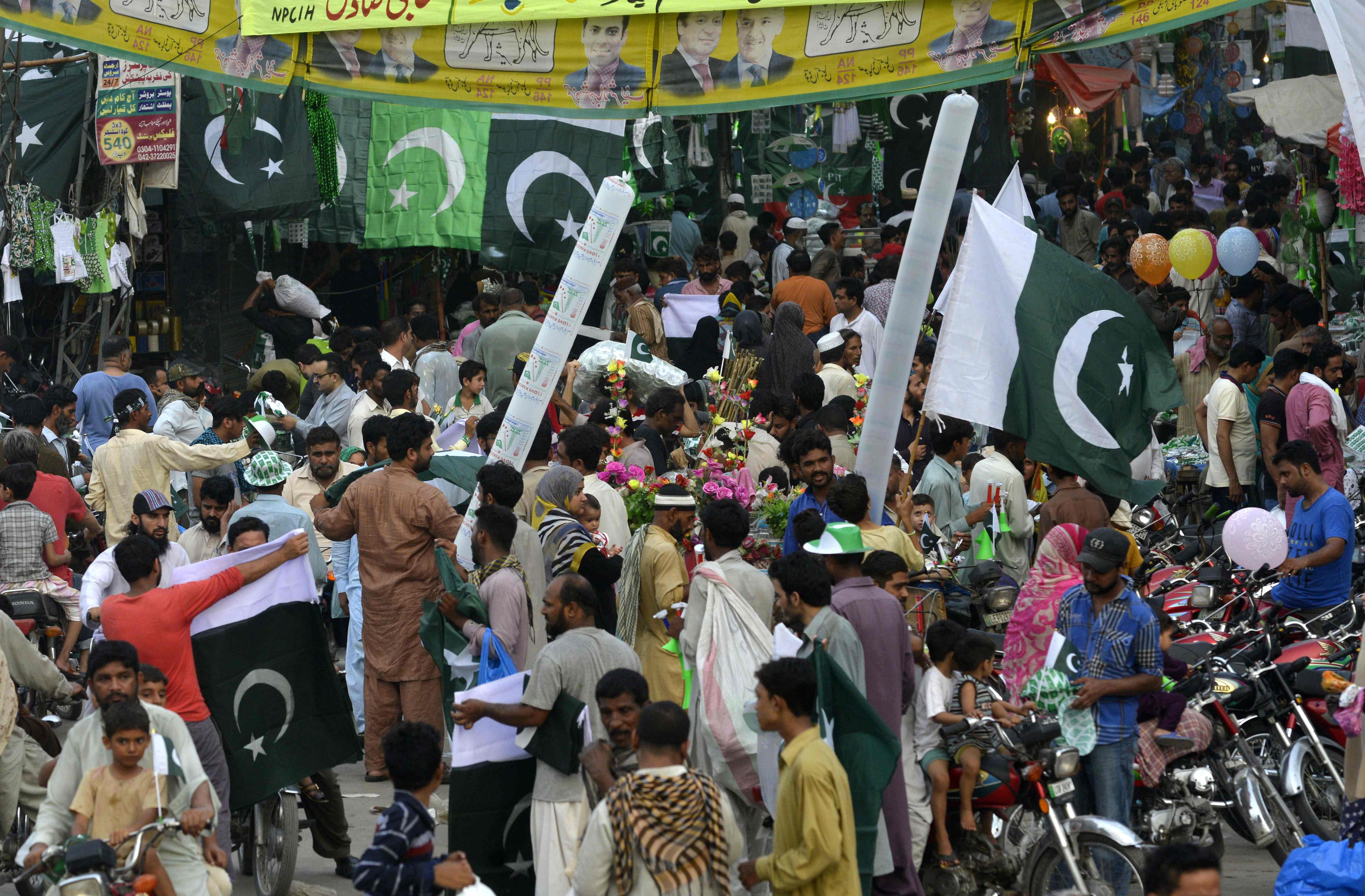 مواطنون باكستانيون يحتفلون بذكرى استقلال بلادهم