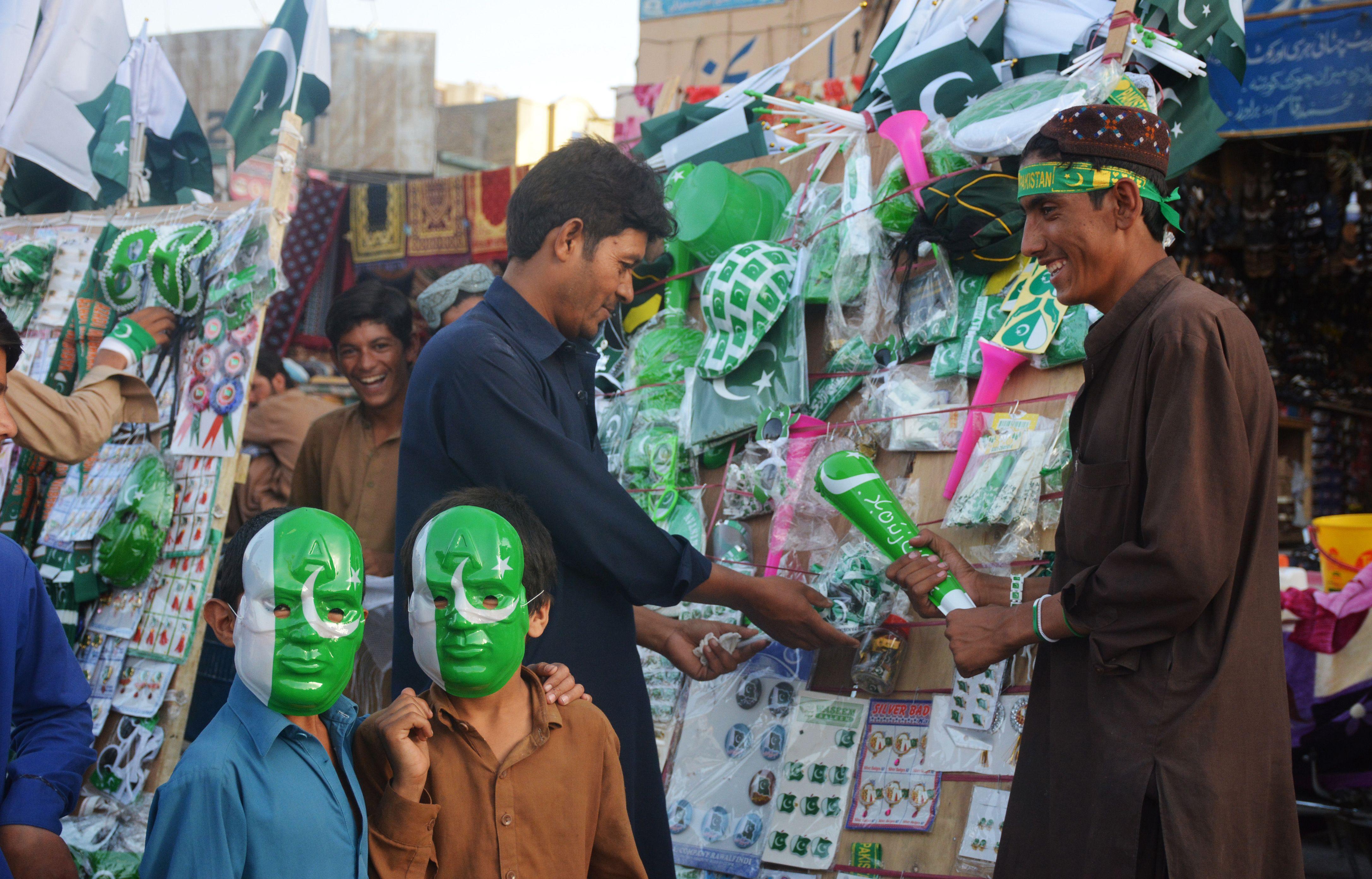 مواطنون باكستانيون يحتفلون بذكرى الاستقلال