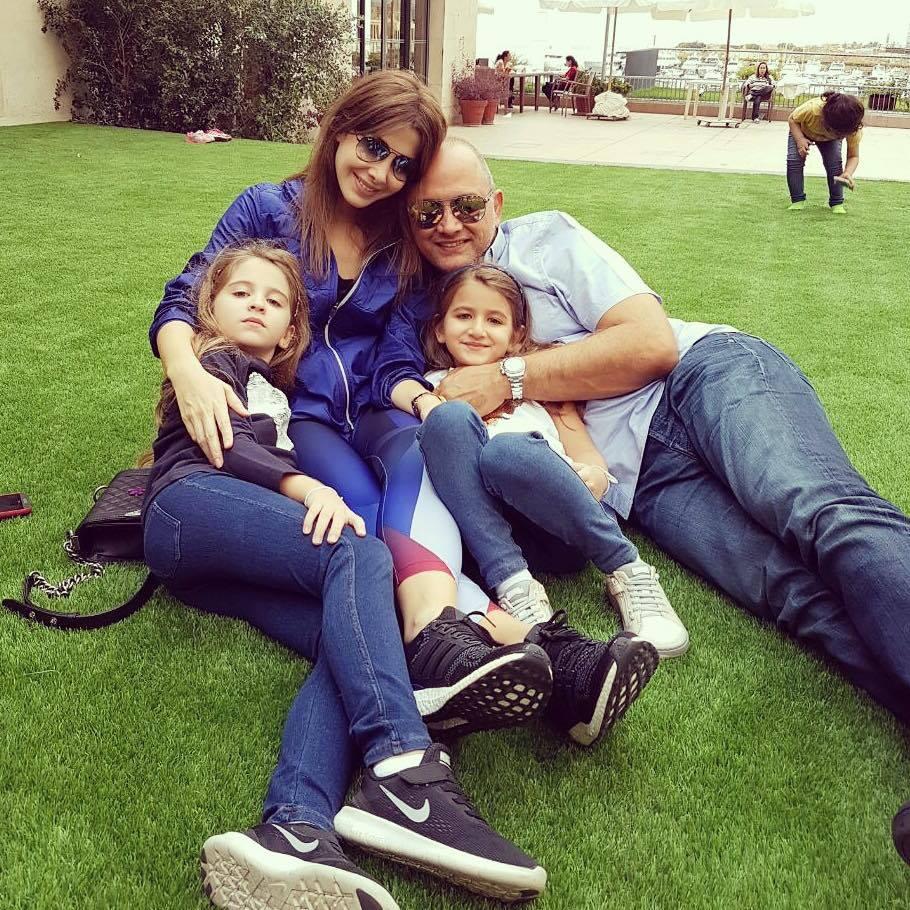 نانسى مع ابنتيها وزوجها