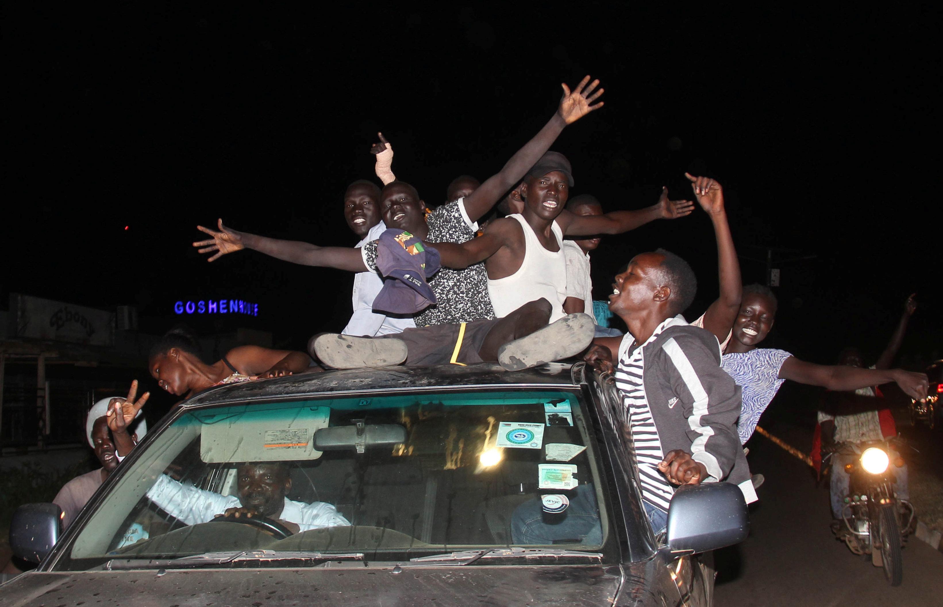 احتفالات بين مواطنى جنوب السودان  بعد توقيع اتفاق السلام