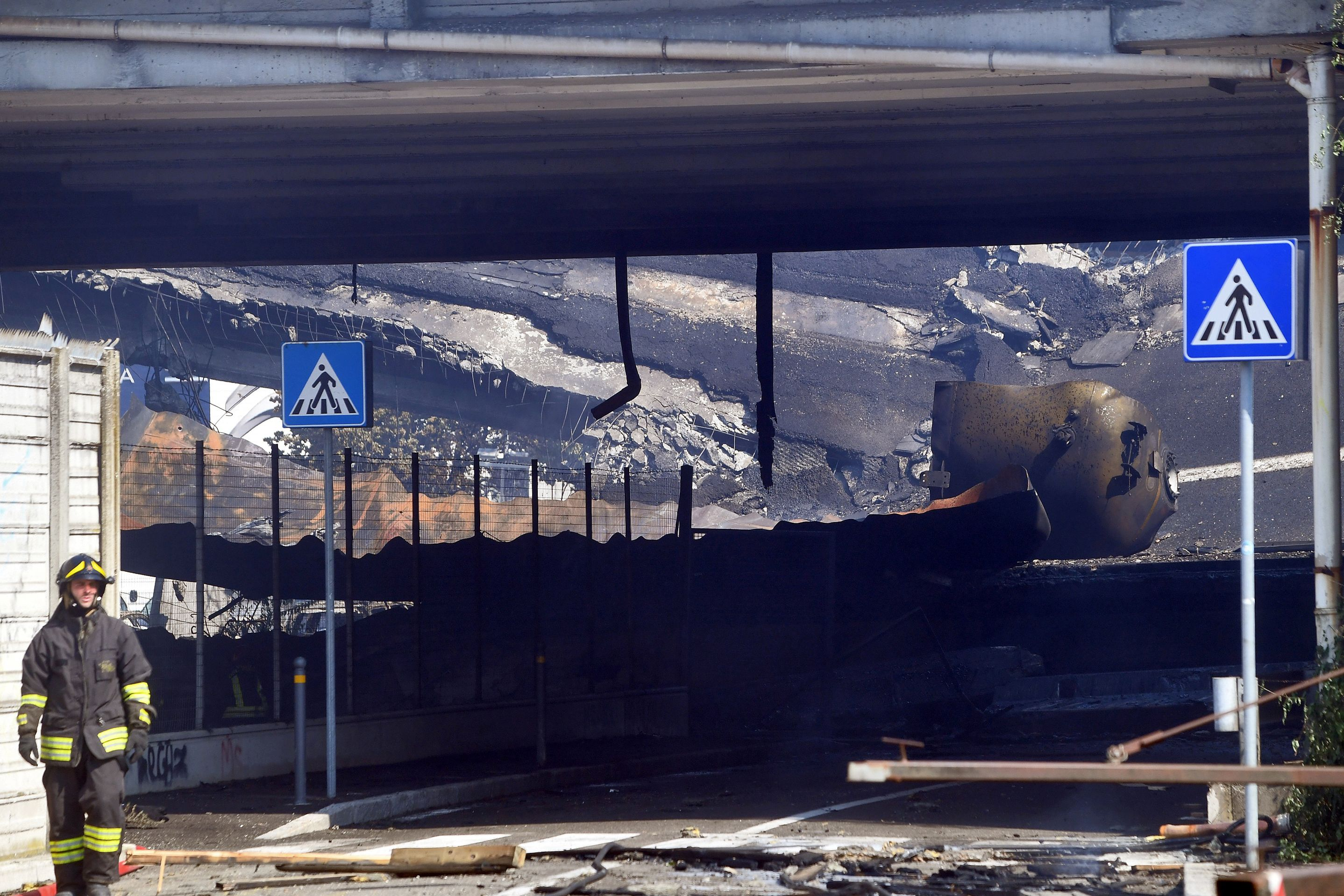 انهبار جزئى لأحد الجسور بسبب الانفجار