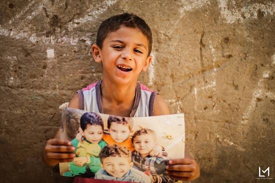 أطفال جزيرة الدهب يحملون صورهم (10)