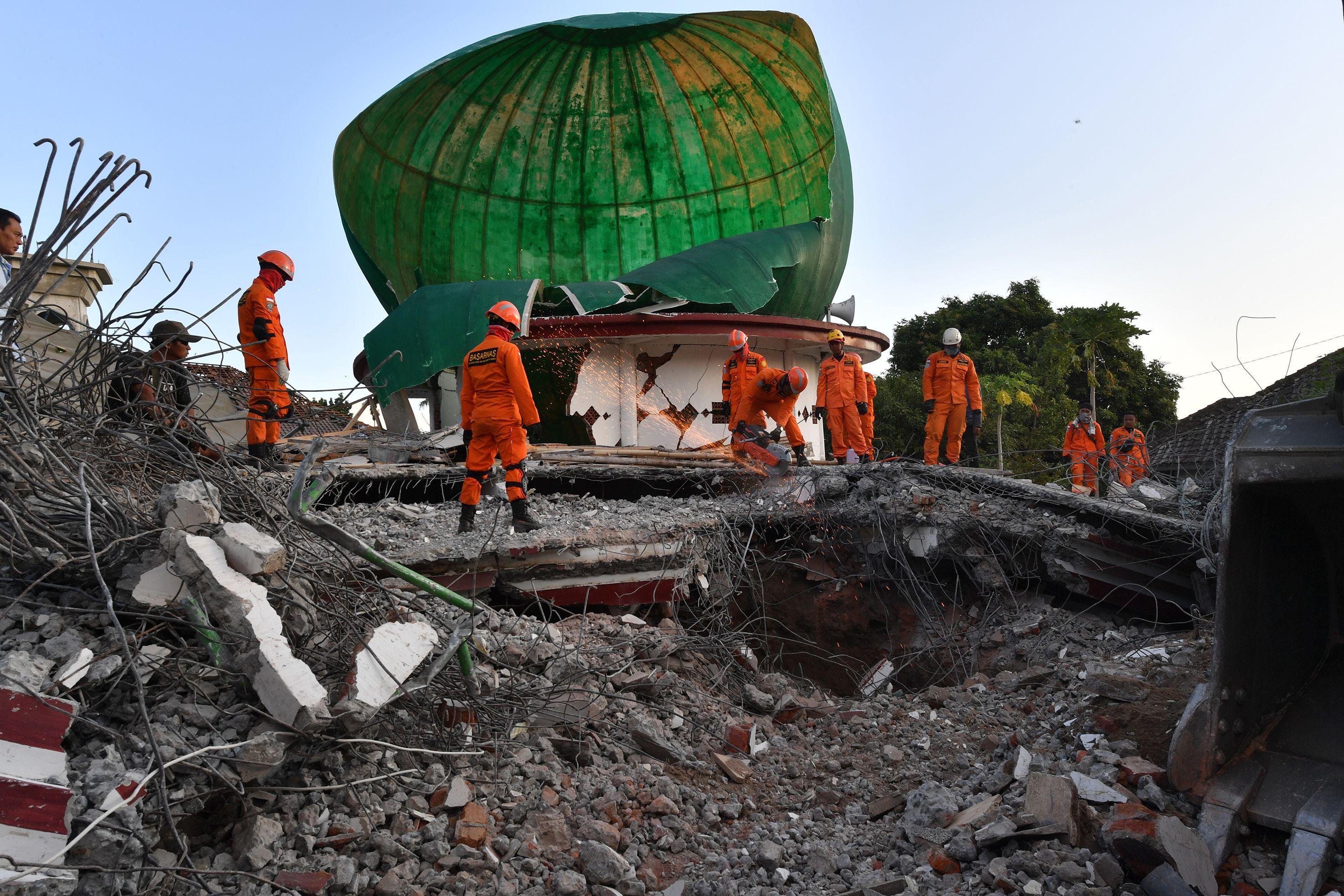أعمال الإنقاذ فى إندونيسيا