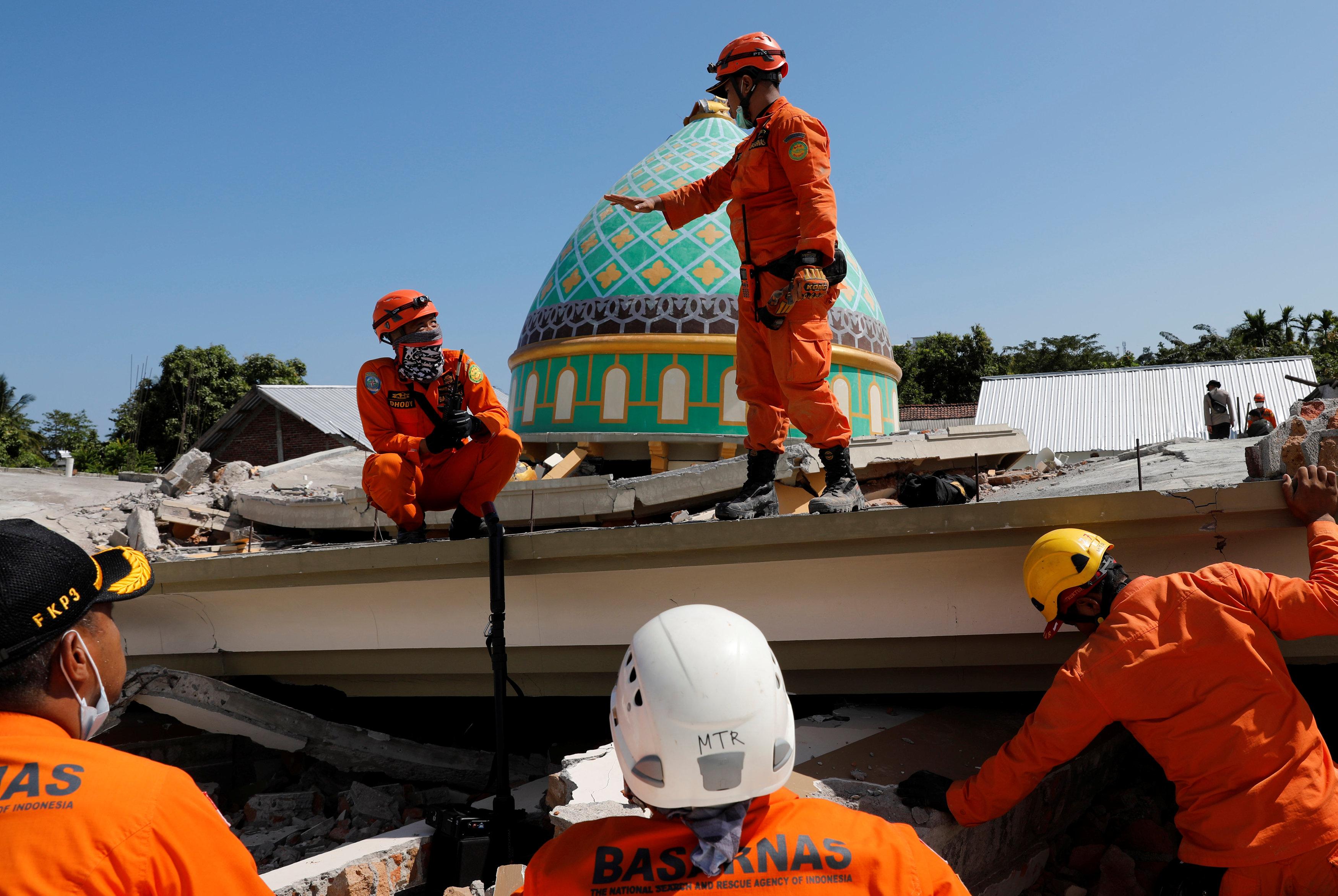 جانب من أعمال رجال الإنقاذ فى إندونيسيا