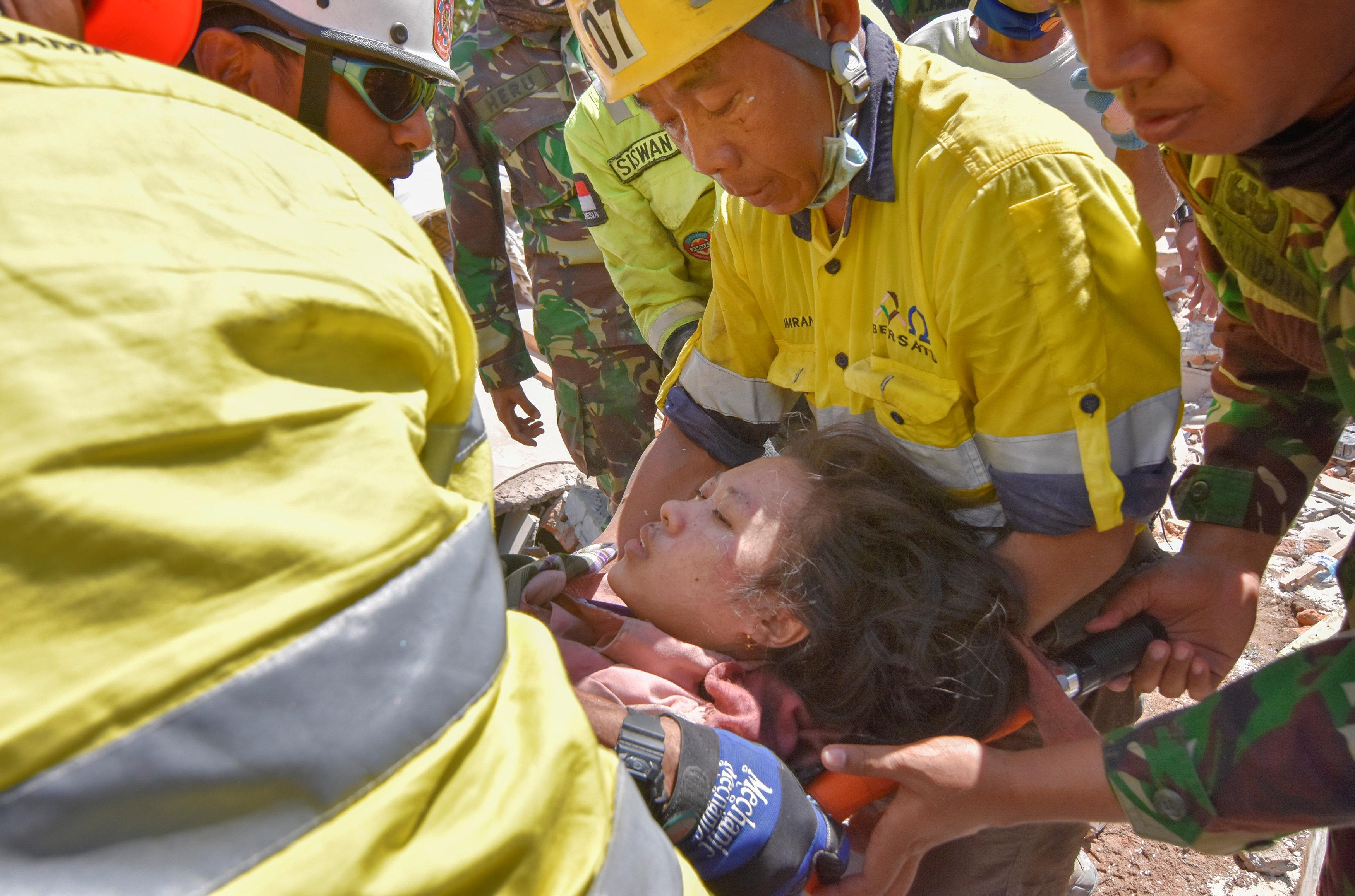 رجال الإنقاذ يحاولون إنقاذ امرأة