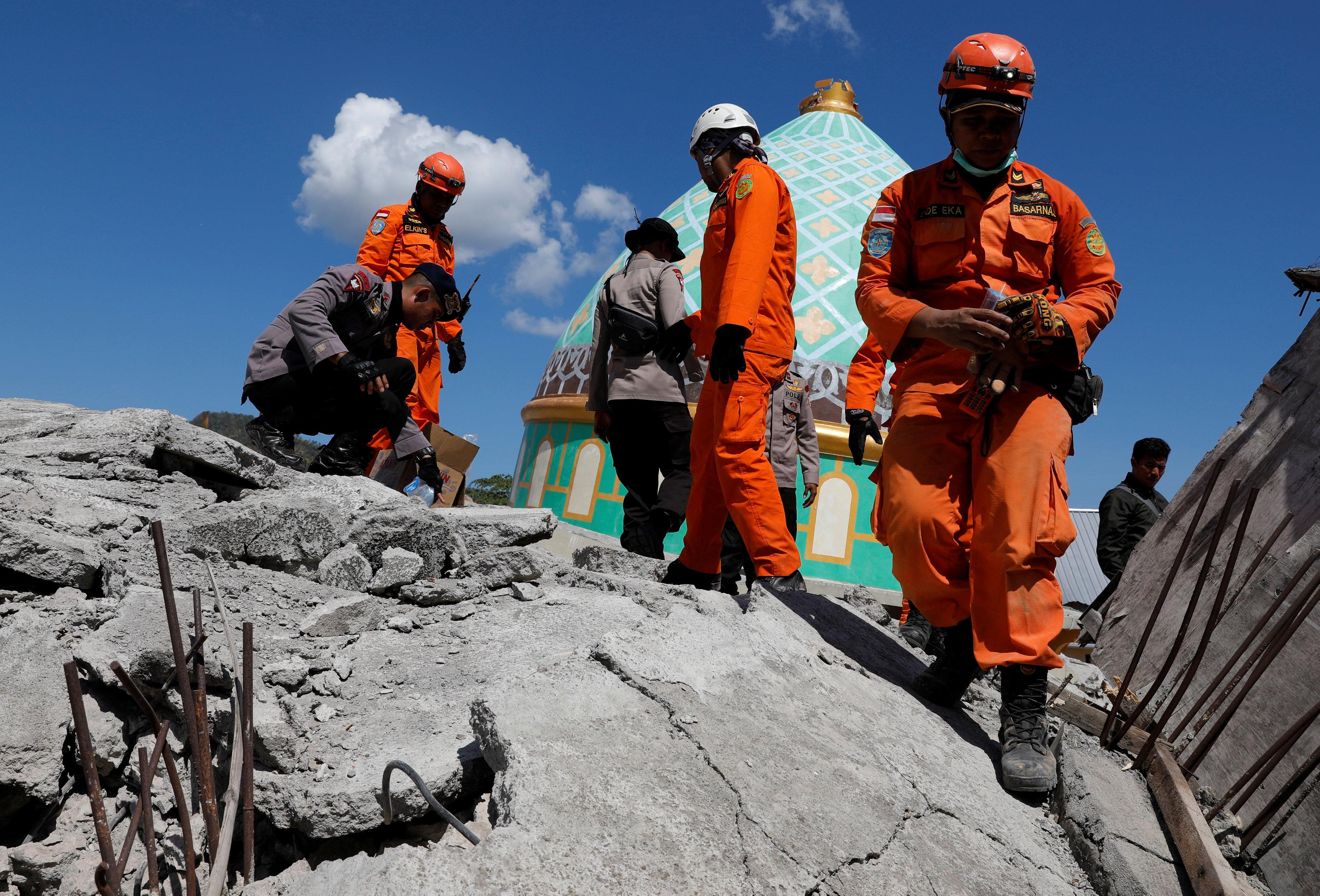 محاولات رجال الإنقاذ فى إندونيسيا