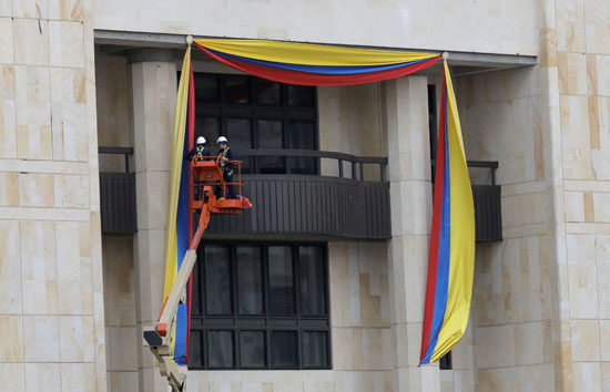 جانب من رفع علم كولومبيا
