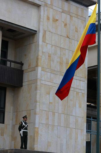 علم كولومبيا يرفع قبل حفل التنصيب