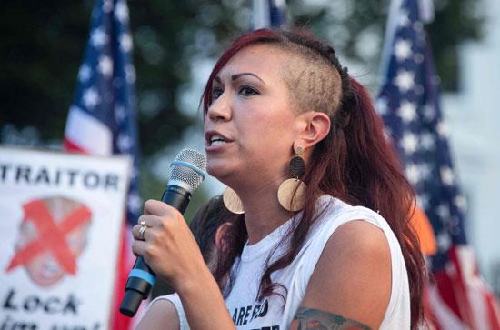 المعلمة كريستين مينك خلال الاحتجاج