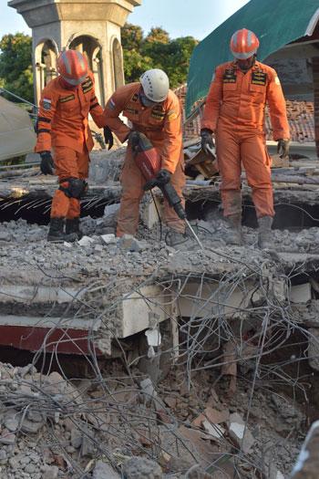 عمال الإنقاذ فى إندونيسيا