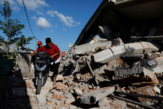 مواطنو إندونيسيا يتضررون من الزلزال
