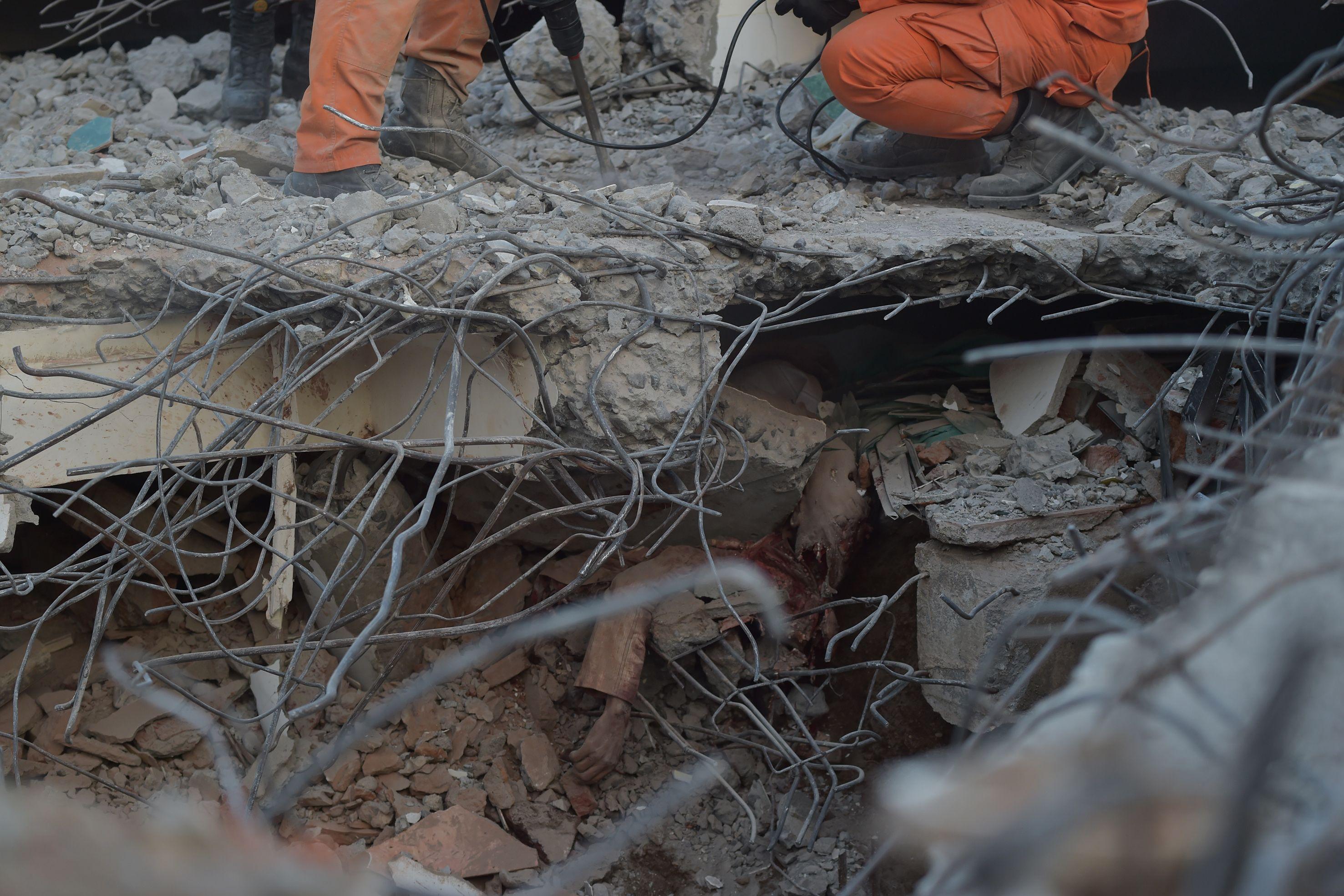 انقاذ ناجين من الزلزال المدمر