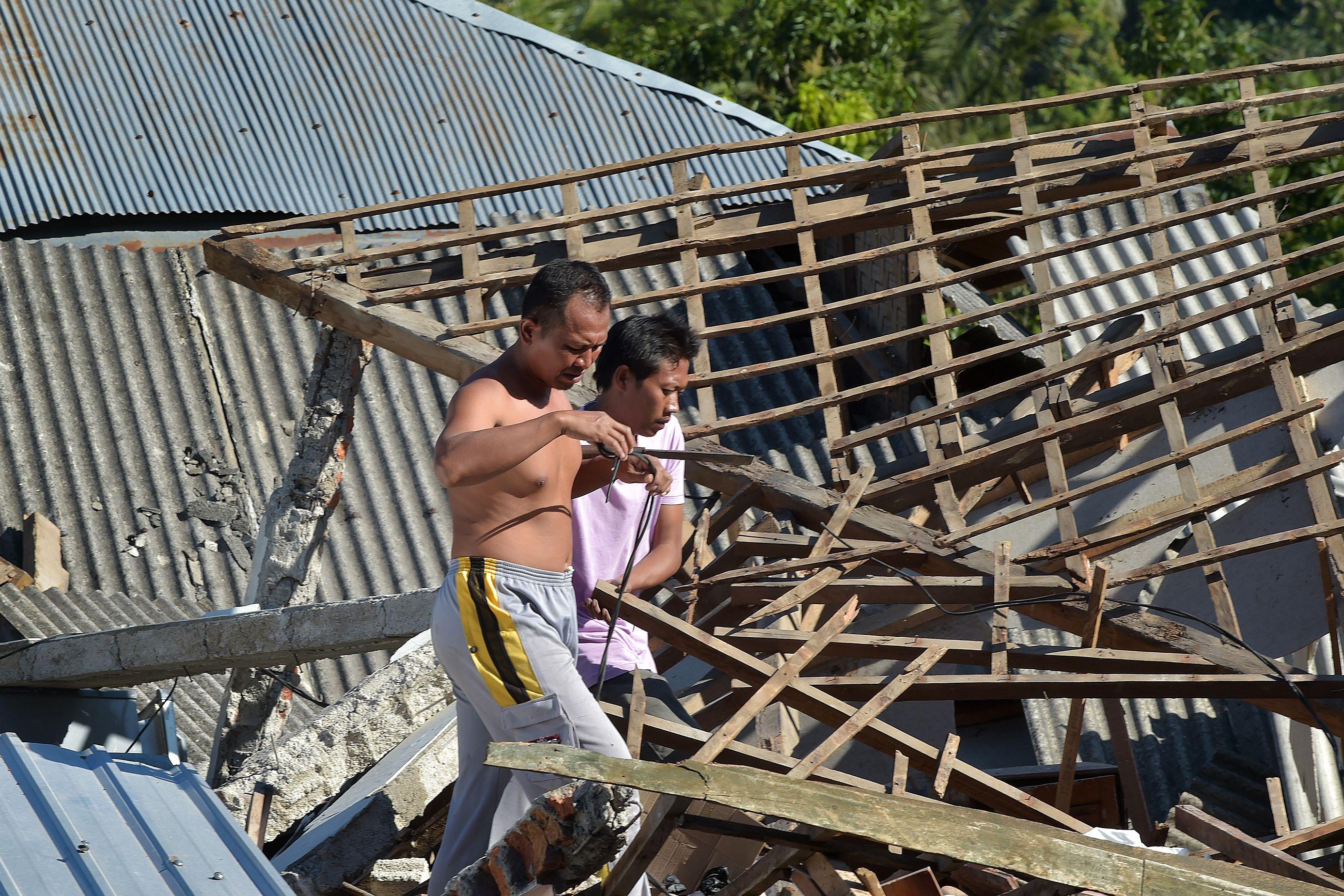 مواطنين يتحسرون على منزلهم المهدم بعد الزلزال