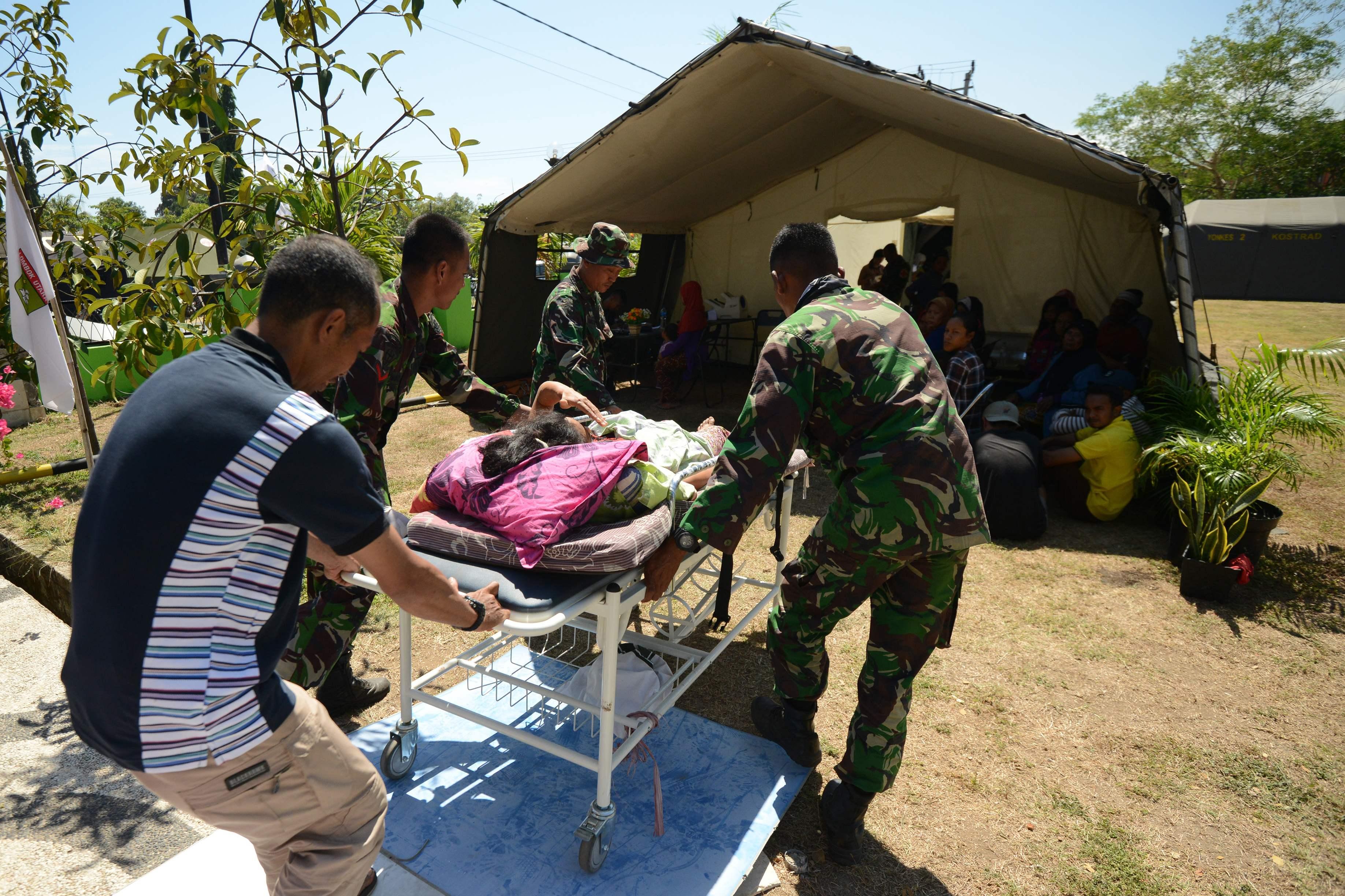 نقل مصابة إلى خيمة مخصصة للعلاج