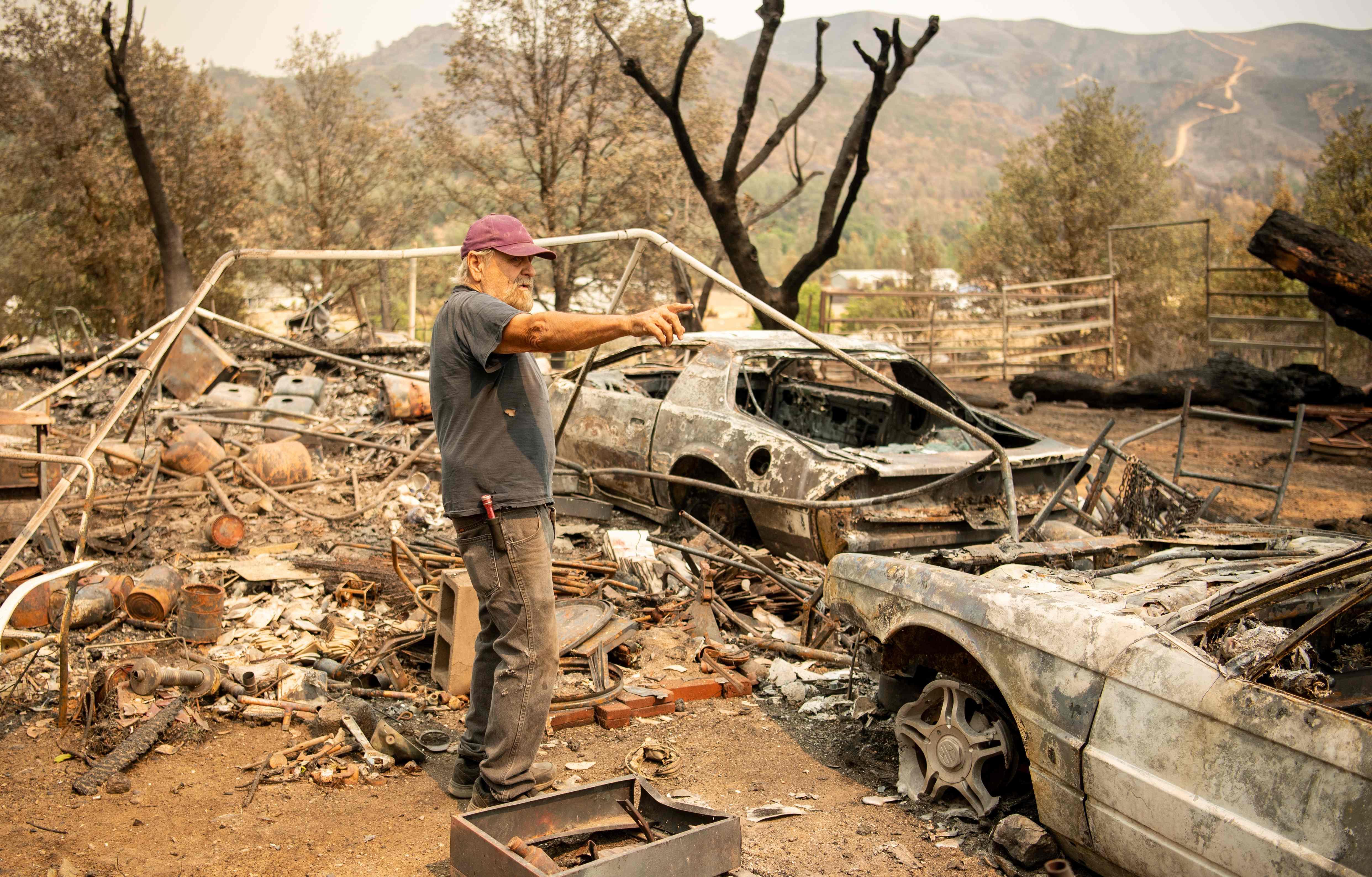 أمريكى ينظر بحسرة لتداعيات الحريق فى كاليفورنيا