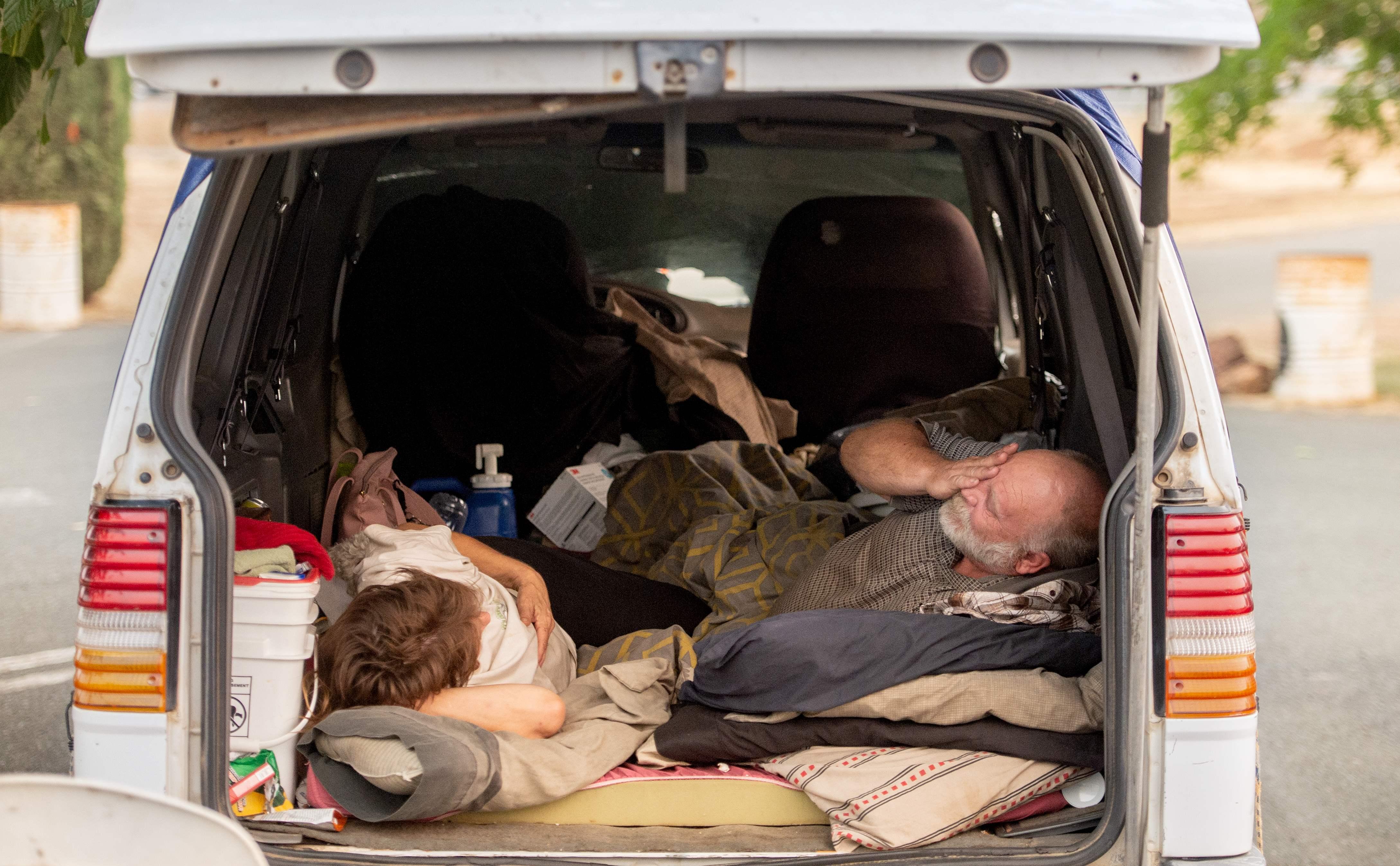 السيارات مسكن لمواطنين أمريكيين بعد احتراق منزلهم