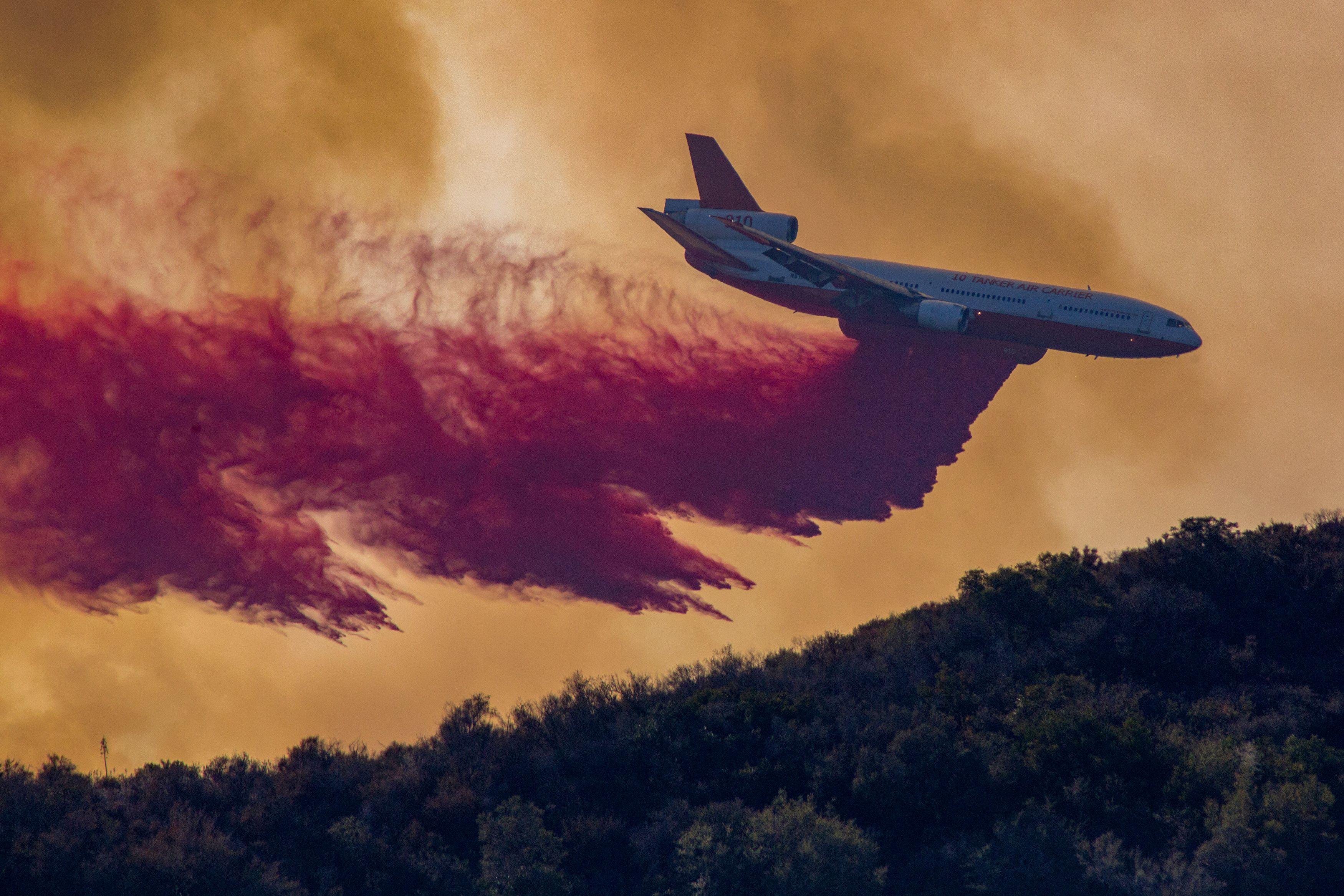 محاولات كبيرة لاحتواء الحريق المستعر فى كاليفورنيا
