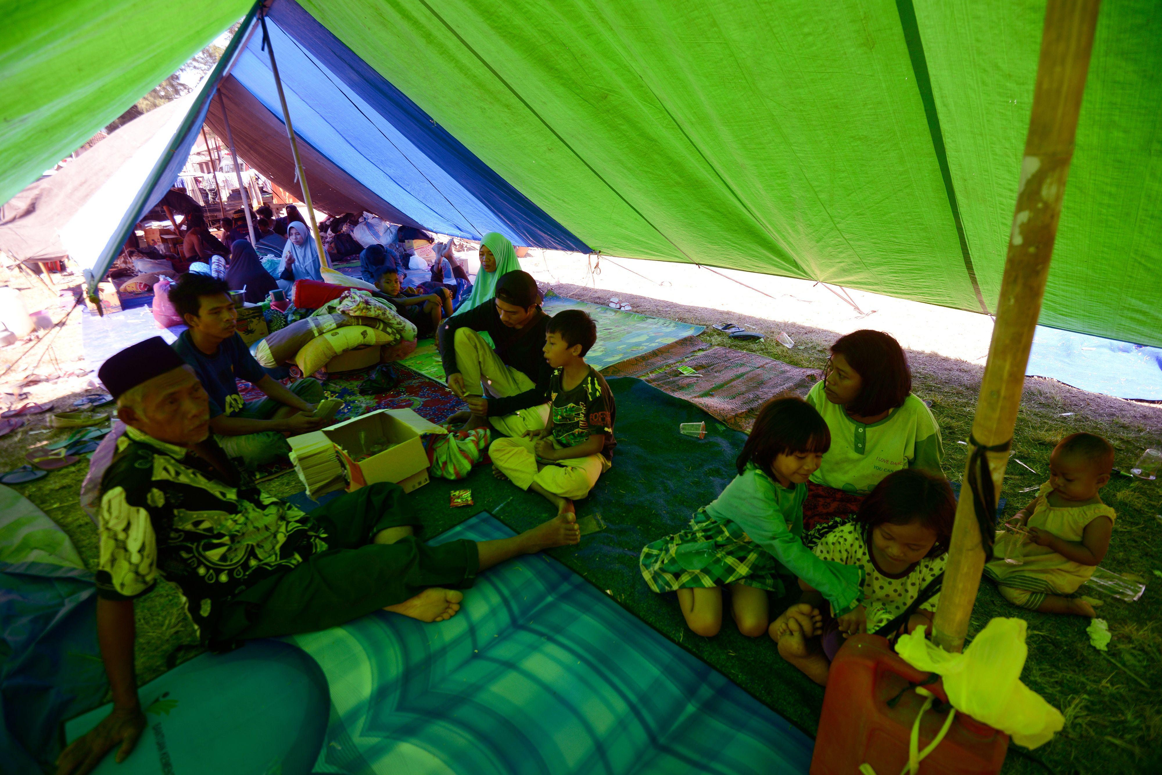 الخيام الحل المؤقت لقطاع كبير من مواطنى أندونيسيا بعد تشريدهم