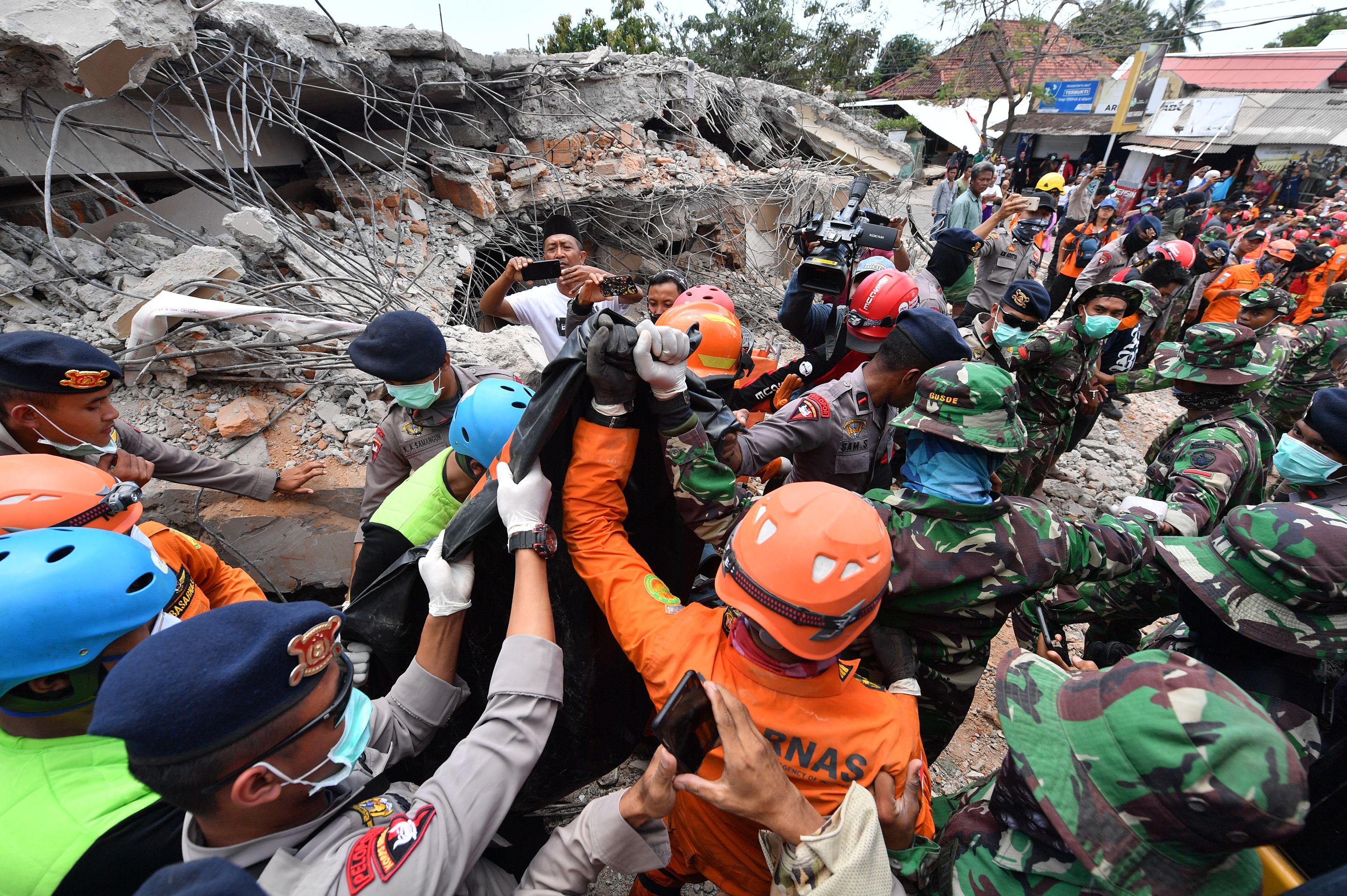 قوات الأمن وعناصر الإنقاذ يبحثون عن أحياء تحت الأنقاض