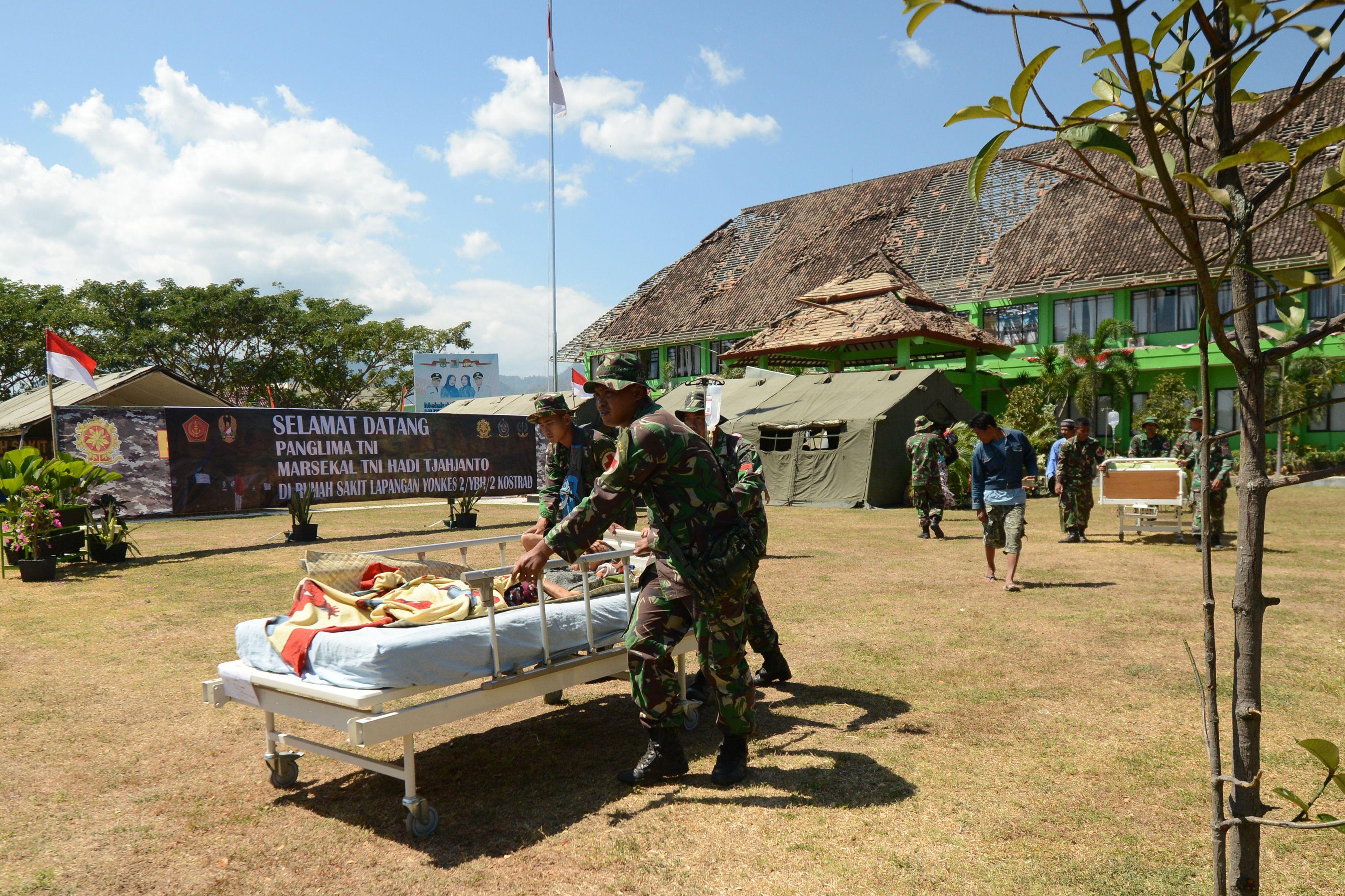نقل أحد المصابين إلى الخيام المخصصة للعلاج