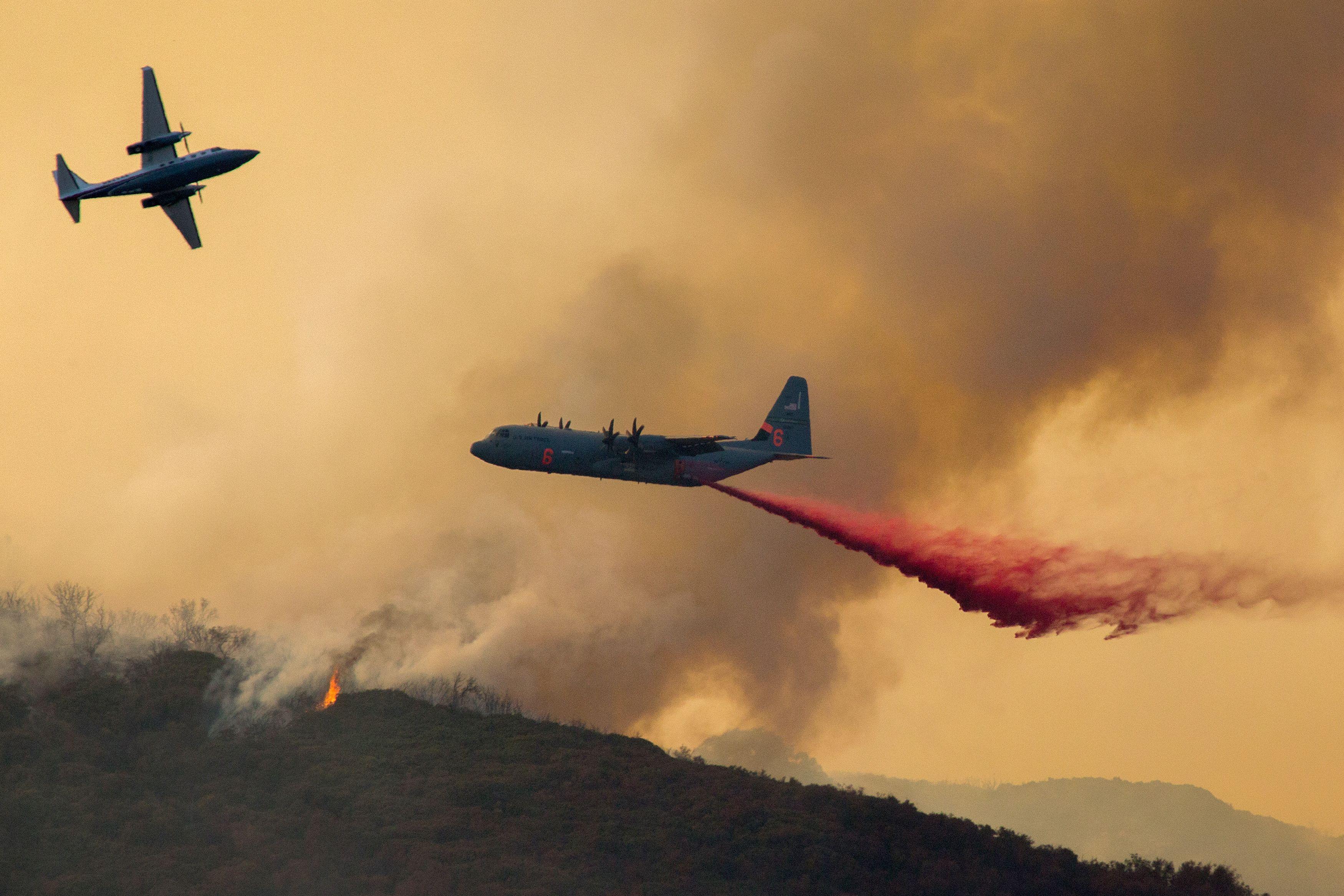 طائرات الإطفاء تحاول إخماد الحرائق