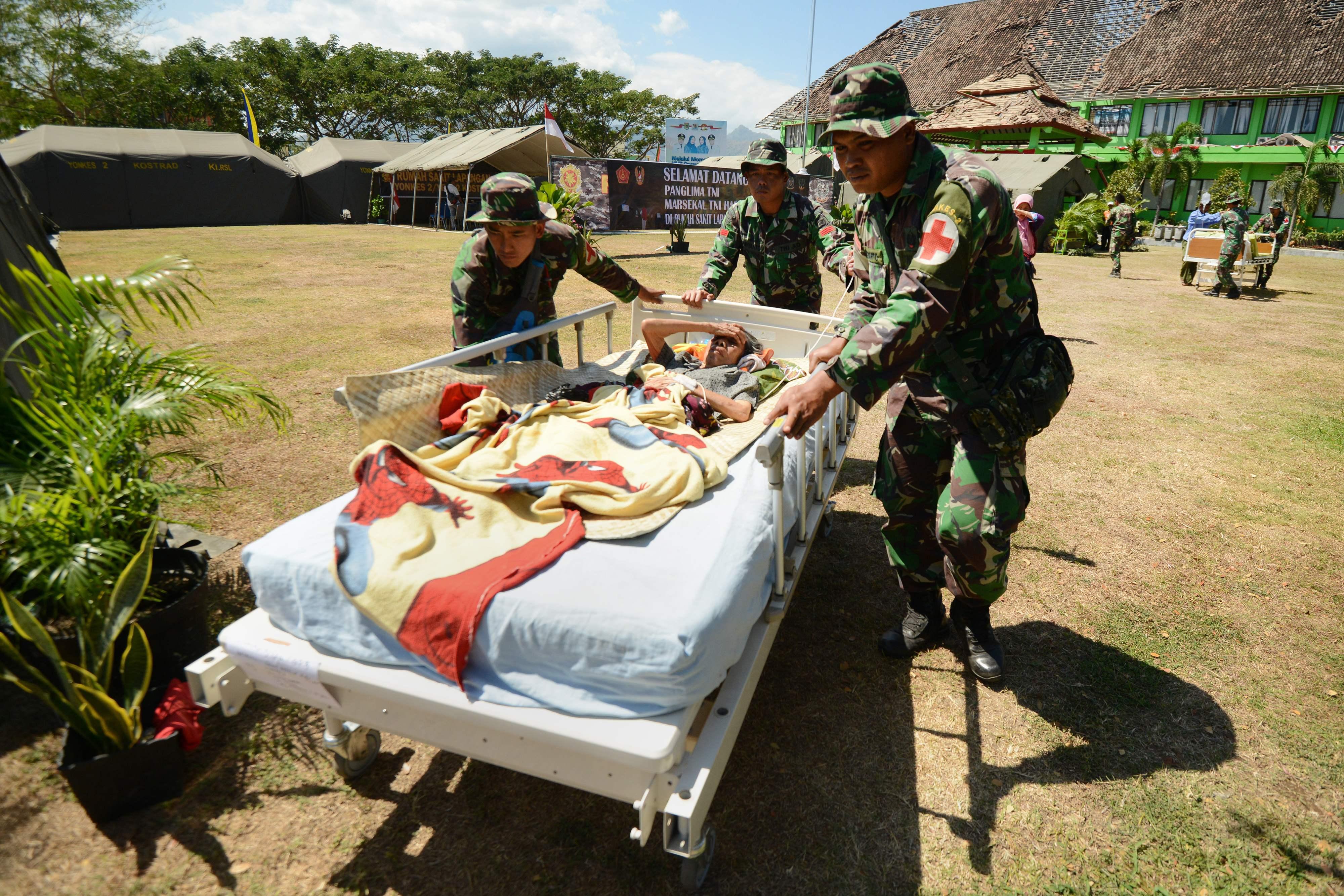 مسعفون يحاولون نقل أحد المصابين