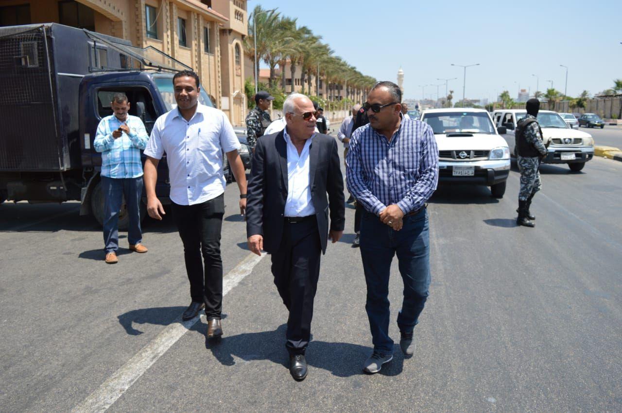 محافظ بورسعيد يتابع عمل المنافذ الجمركية (5)