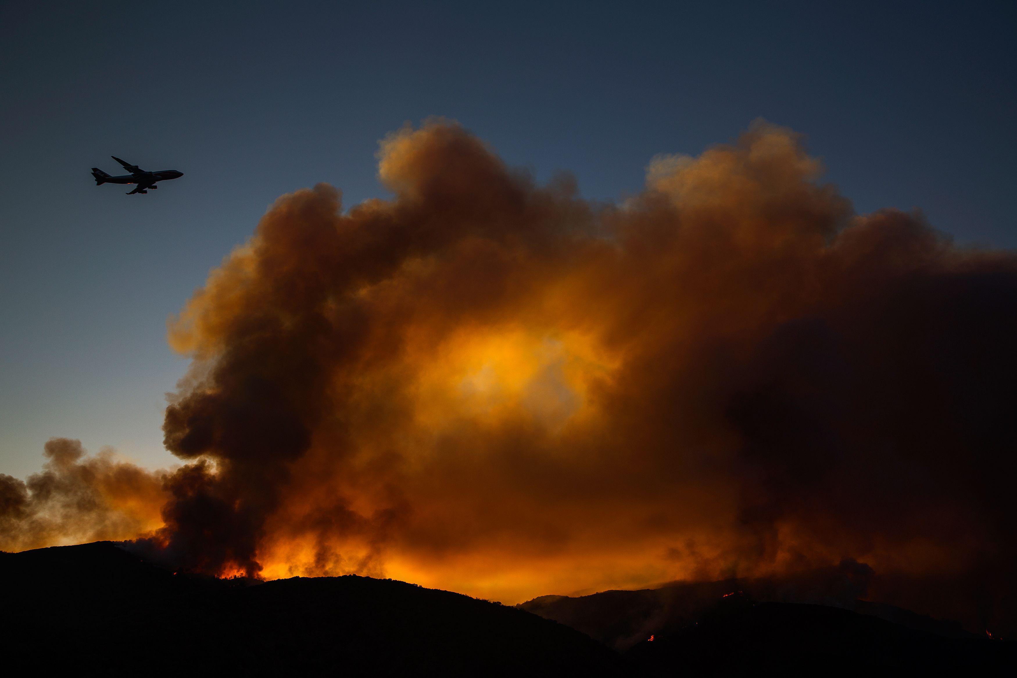 النيران تتحدى طائرة إطفاء