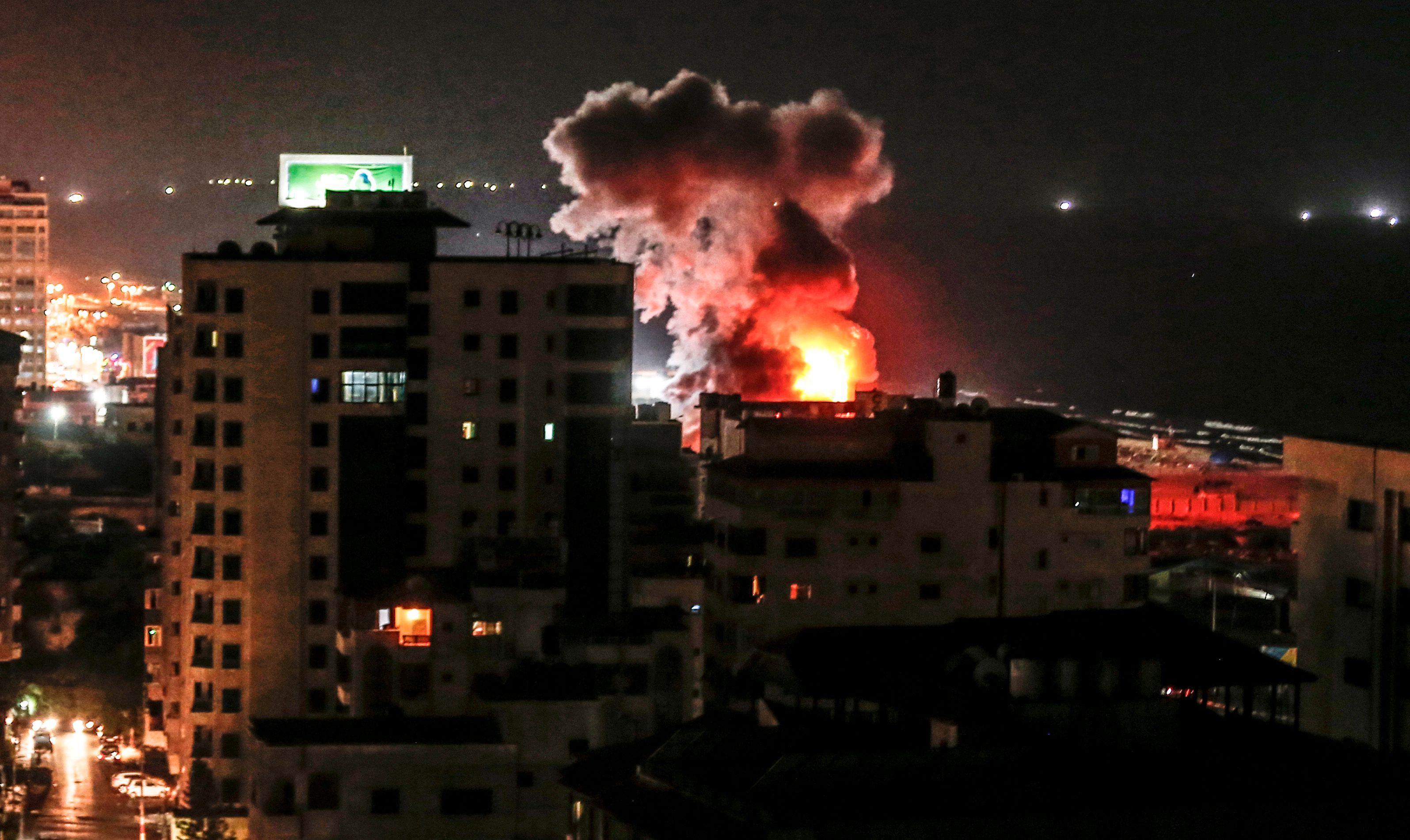 ارتفاع اللهب والدخان جراء عنف الاحتلال