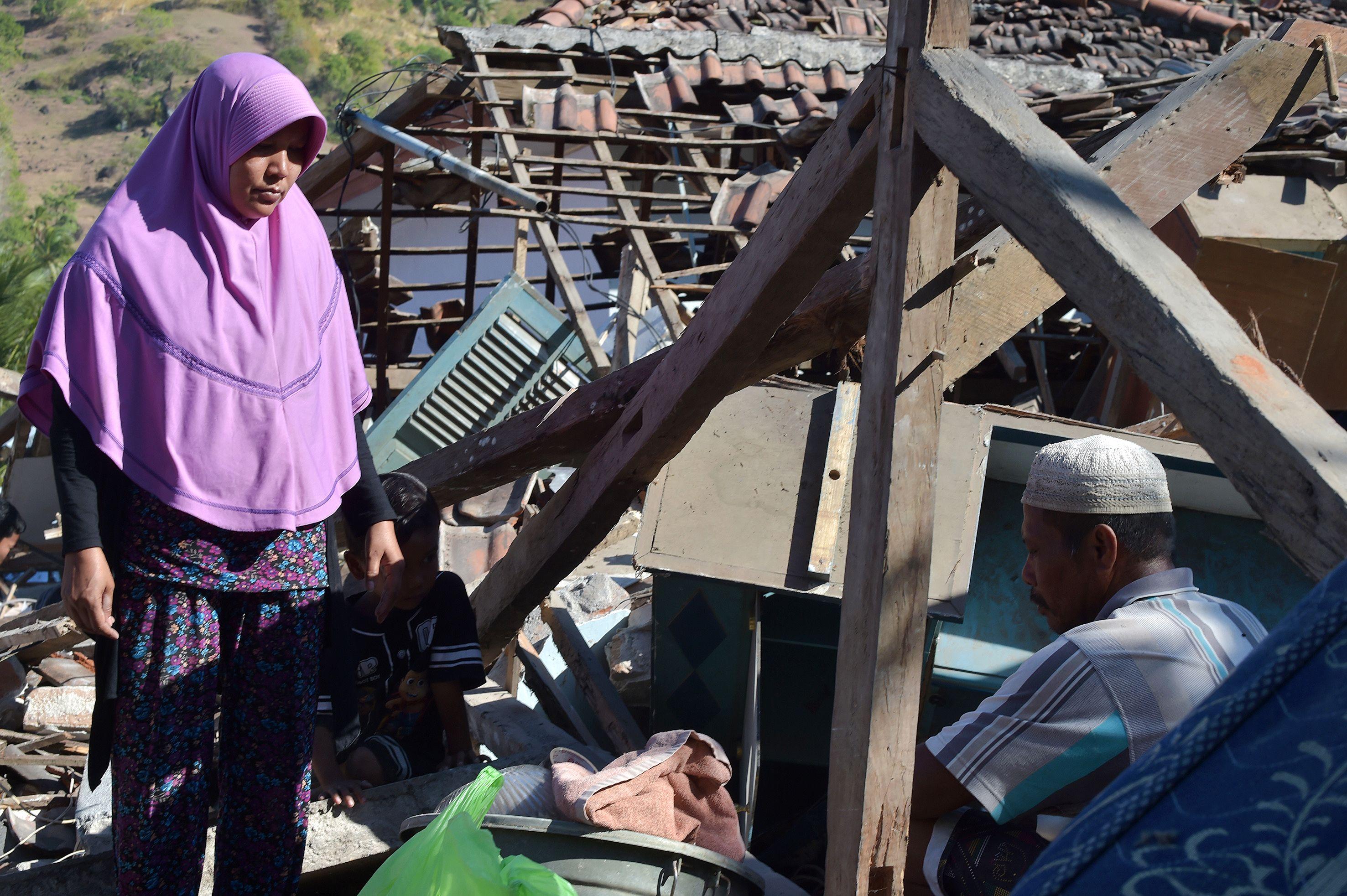 مواطنون أندونيسيين أصبحوا بلا مأوى