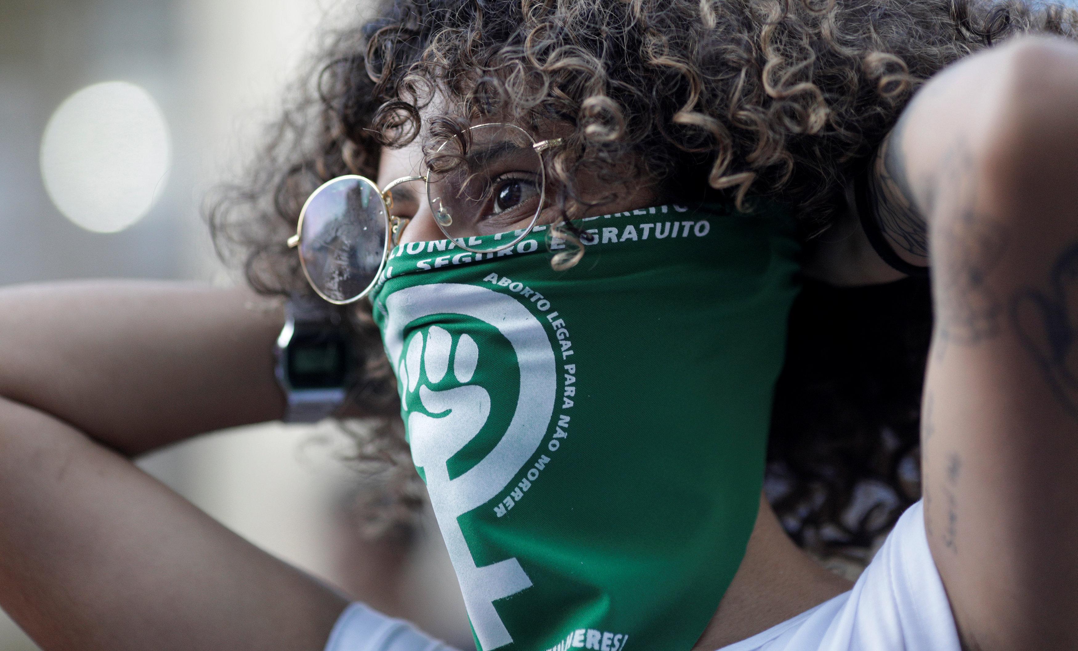 شعار التظاهر على فم فتاة