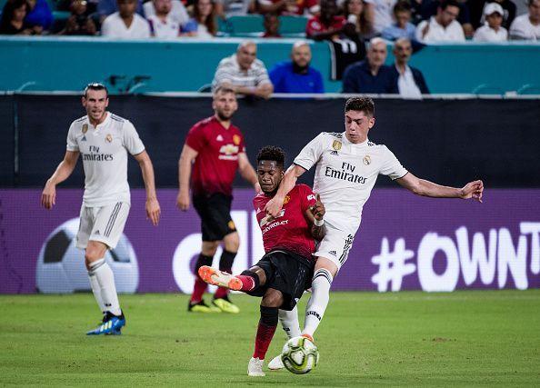 فريد فى كرة مشتركة مع أحد لاعبى ريال مدريد