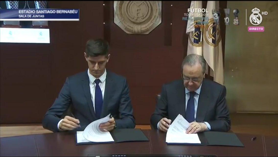 كورتوا ورئيس ريال مدريد خلال توقيع العقود