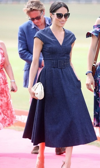 فستان من الجينز يبلغ سعره 2190 دولار