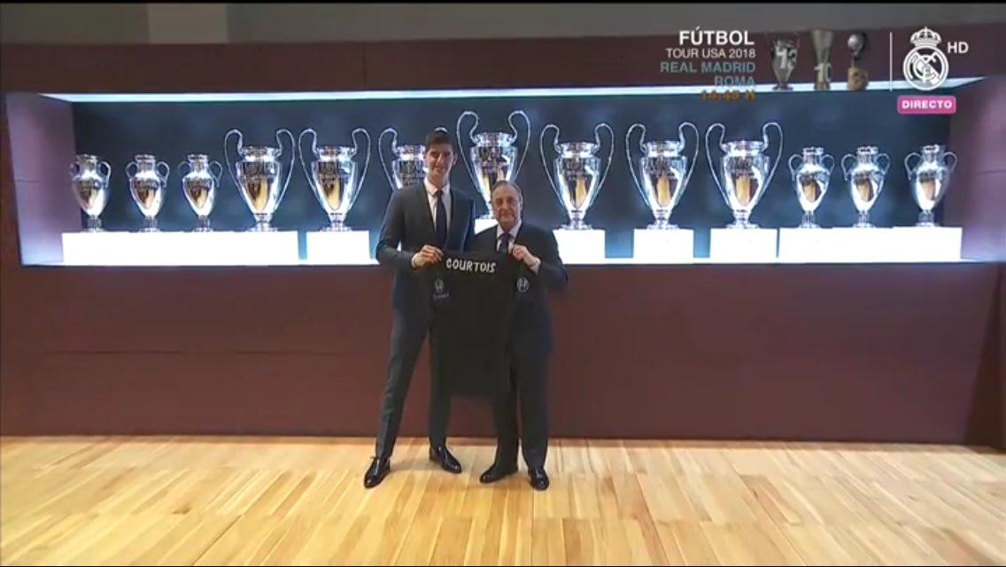 كورتوا بجوار رئيس ريال مدريد أمام الكؤوس الأوروبية