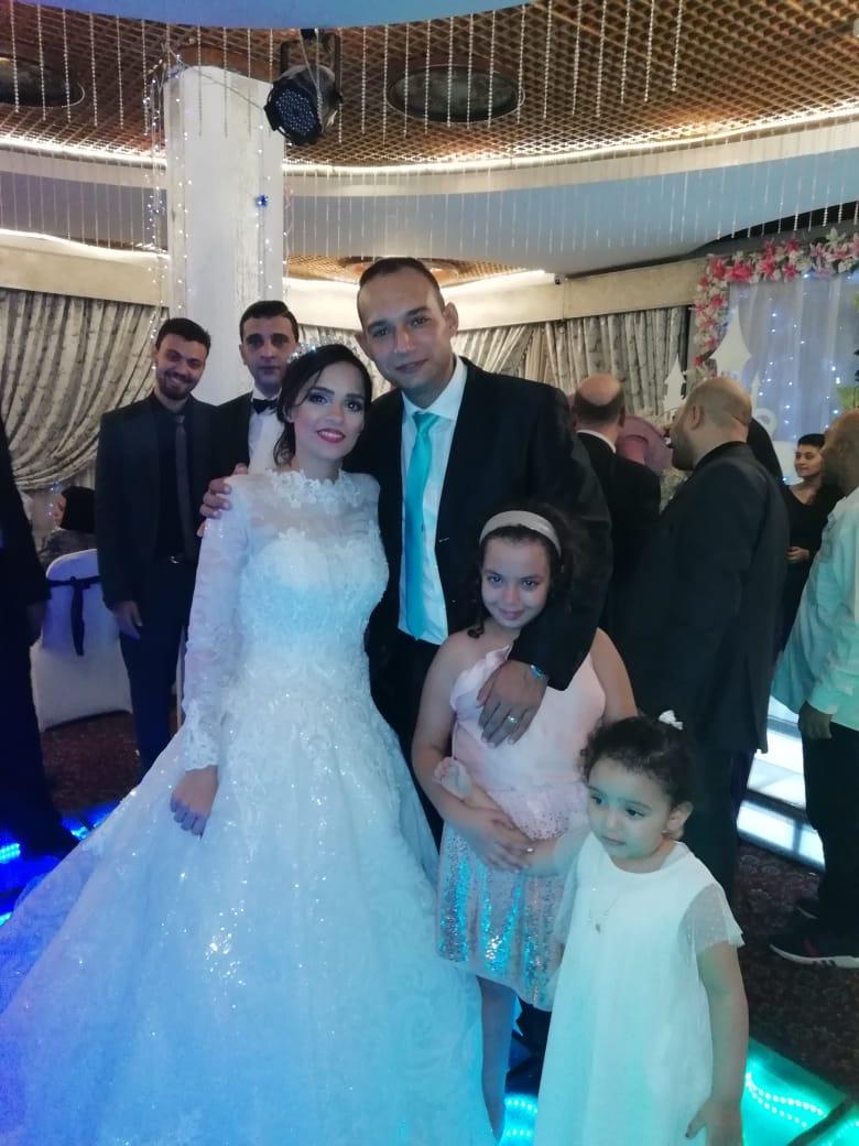 الرائد ايمن شقيق العروسة يلتقطان الصور التذكارية