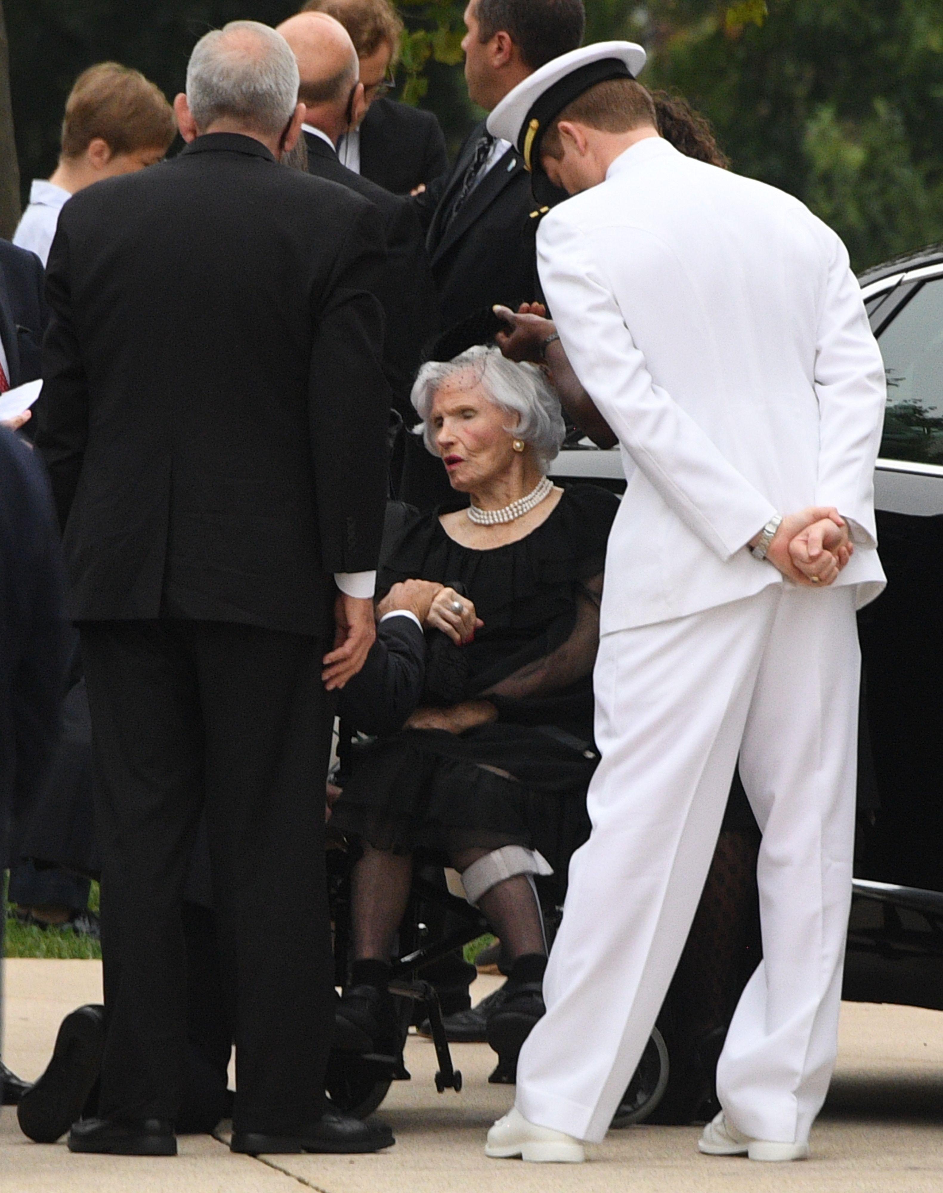 والدة جون ماكين فى الجنازة