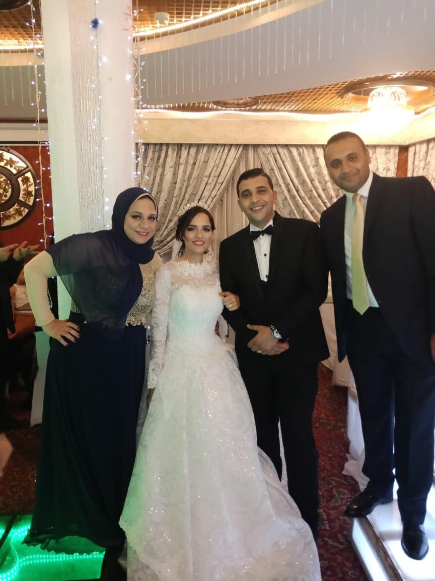 العروسان مع الأستاذة إيمان محيى وزوجها الأستاذ محمد عصام