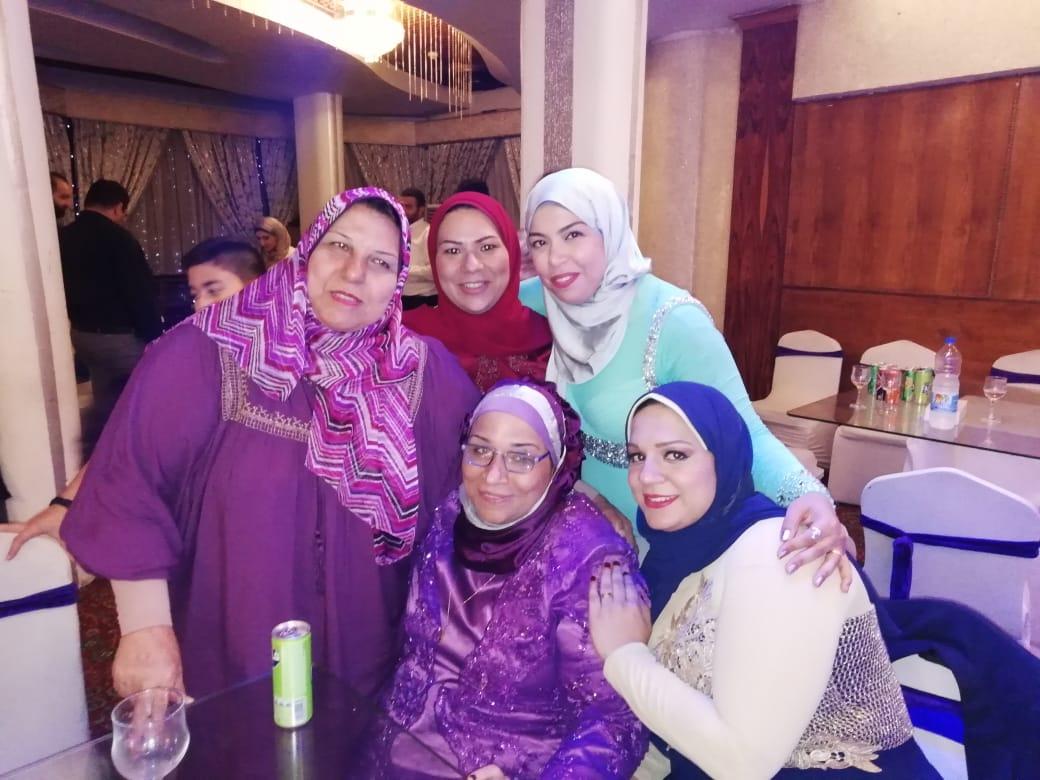 الأستاذة أمينة إسماعيل والدة العروسة تلتقط الصورة التذكارية مع الأقرباء