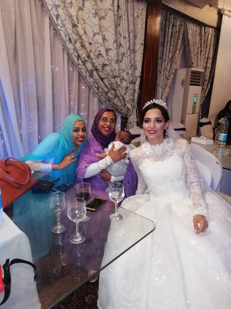 العروسة تلتقط الصور التذكارية مع الأهل