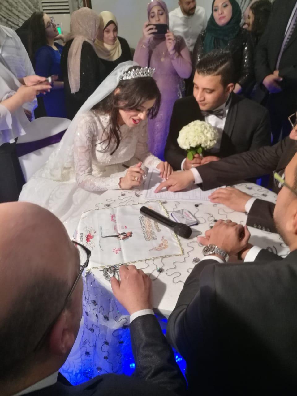 النقيب أحمد جمال وعروسته خلا التوقيع على عقد القران