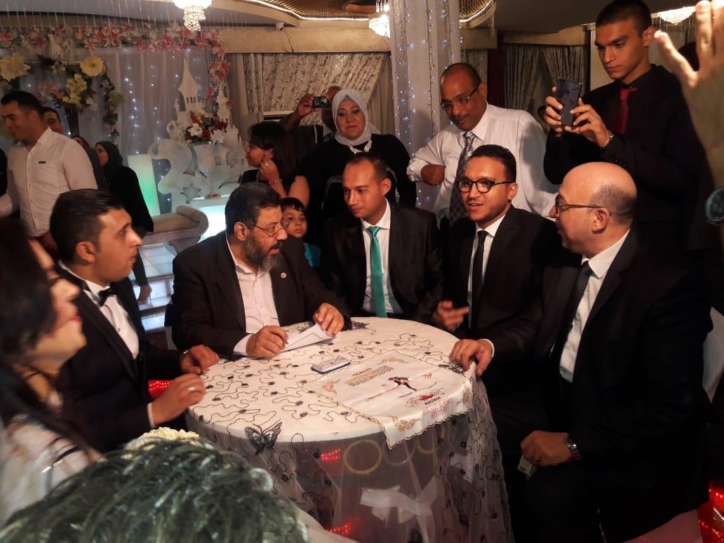 الرائد أيمن محيى والزميل محمود محيى خلال عقد قران شقيقتهما