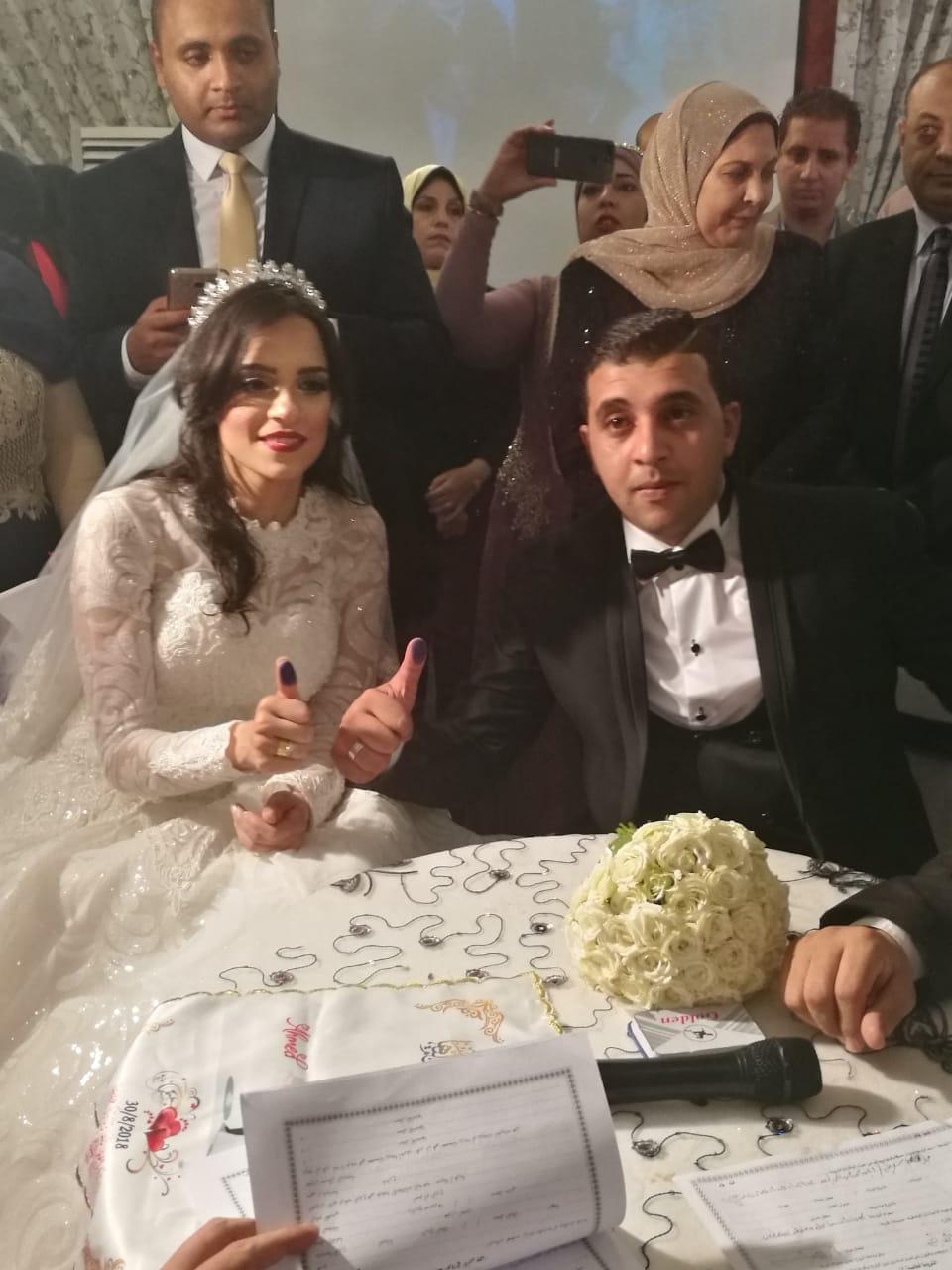 العروسان عقب توقيع عقد القران