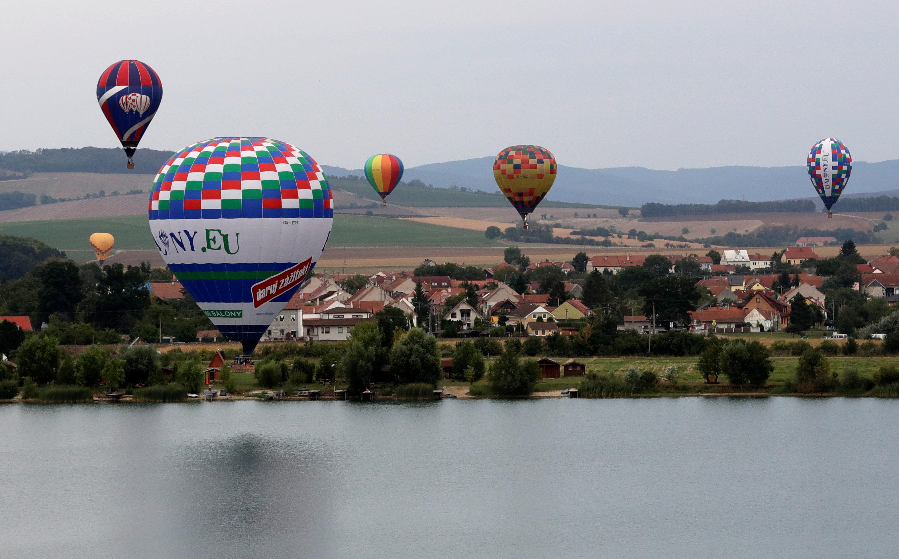 بالونات طائرة فى سماء التشيك
