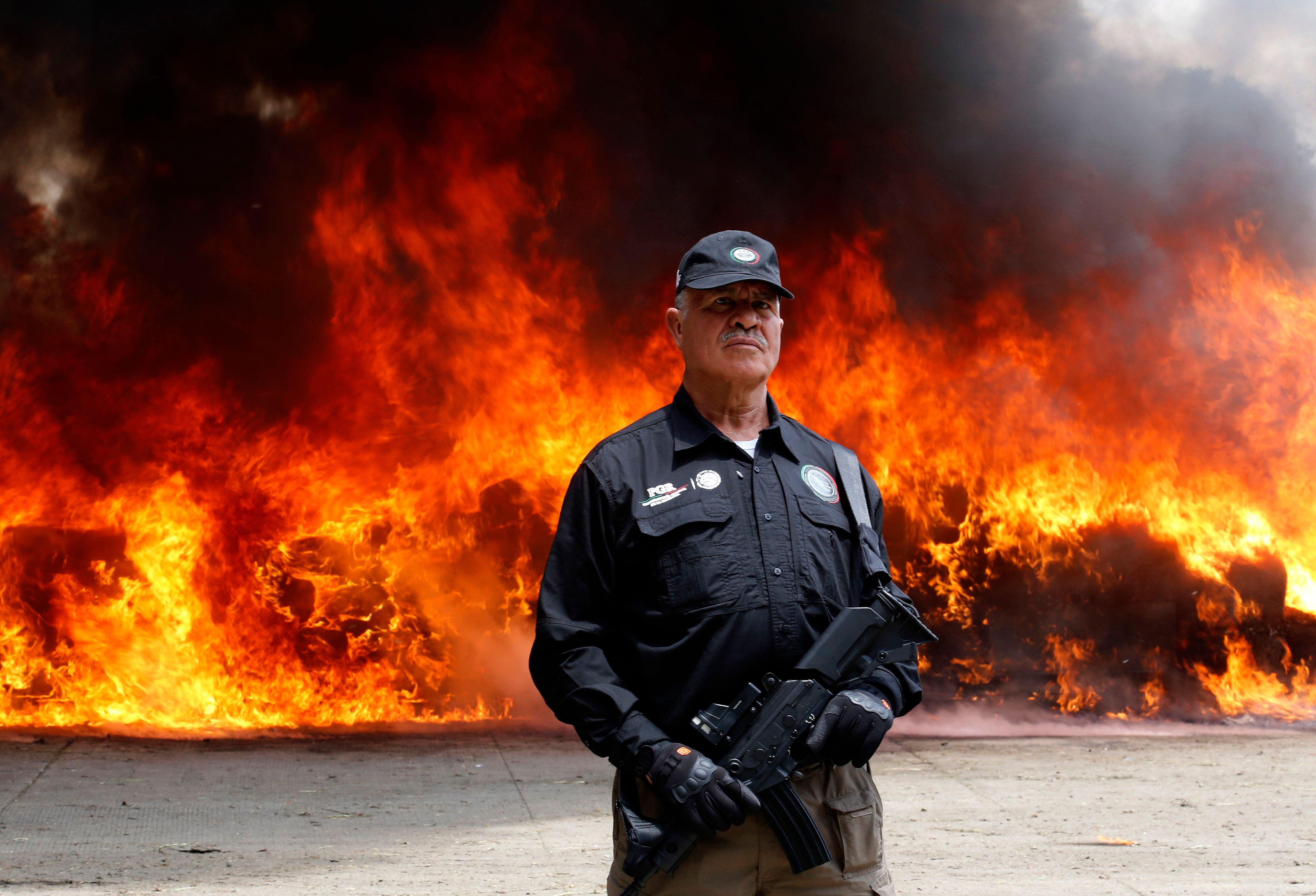 أحد رجال الأمن يلتقط صورة مع الحريق