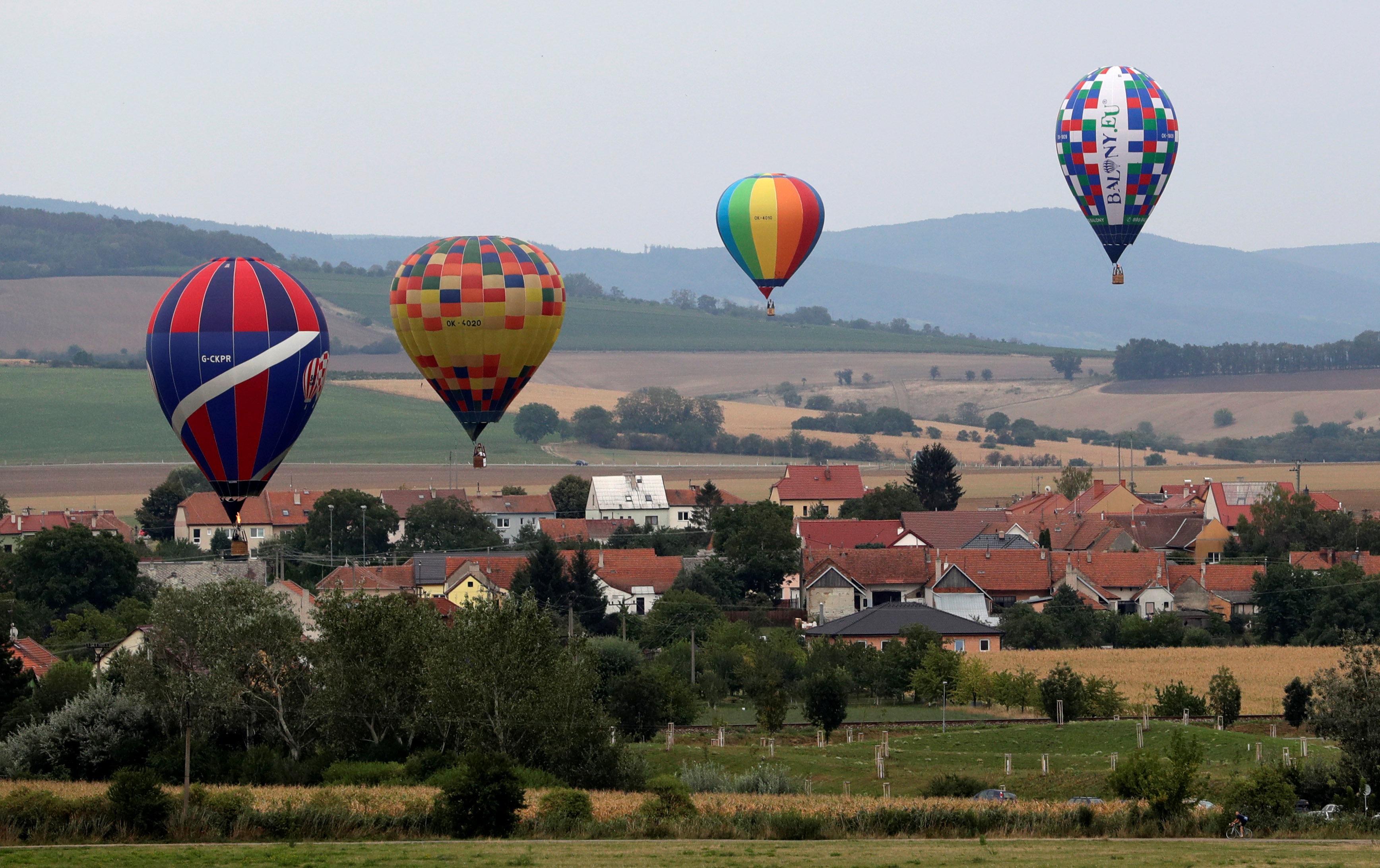 عدد من البالونات الطائرة