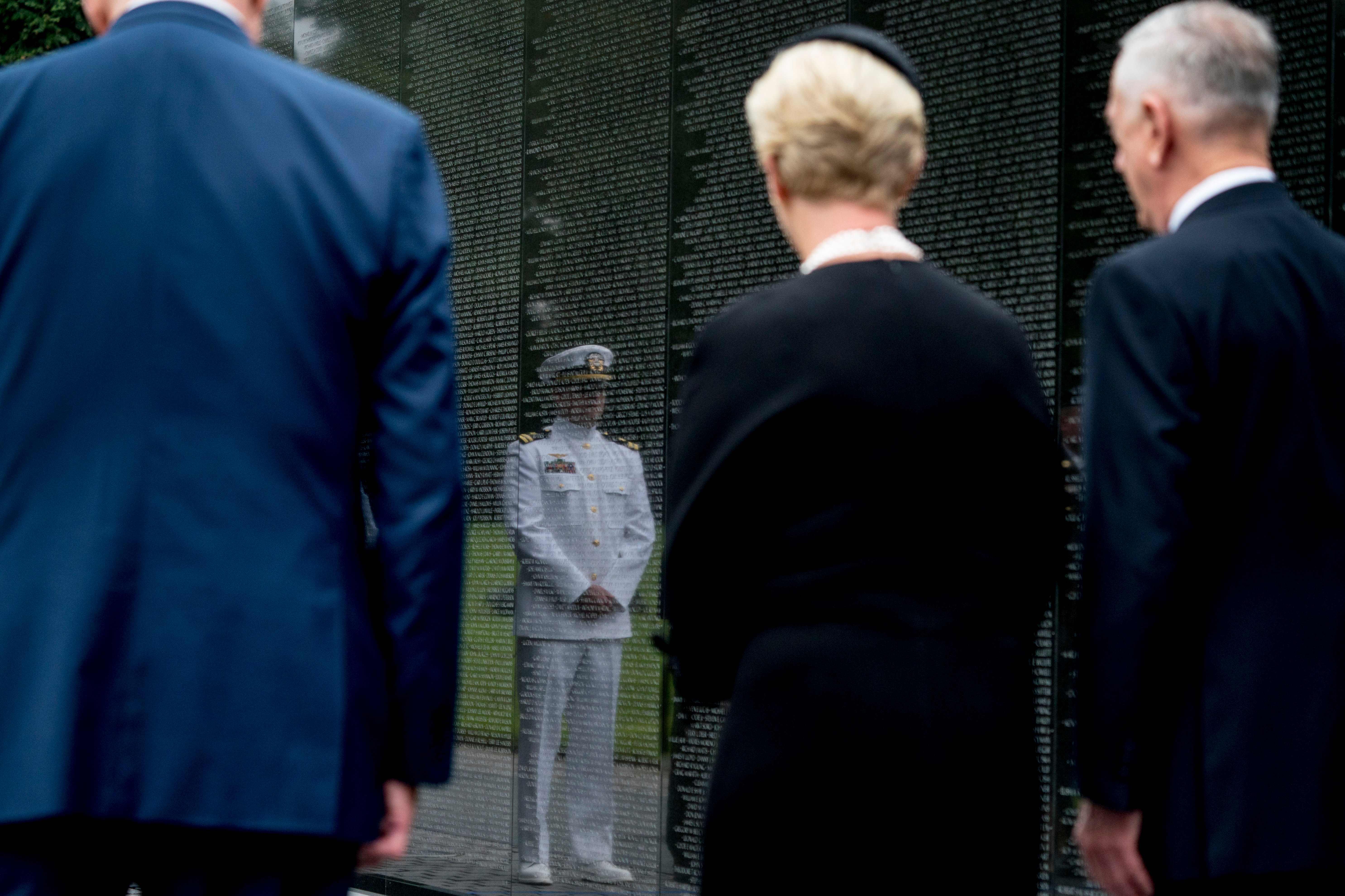 أرملة جون ماكين أمام النصب التذكارى