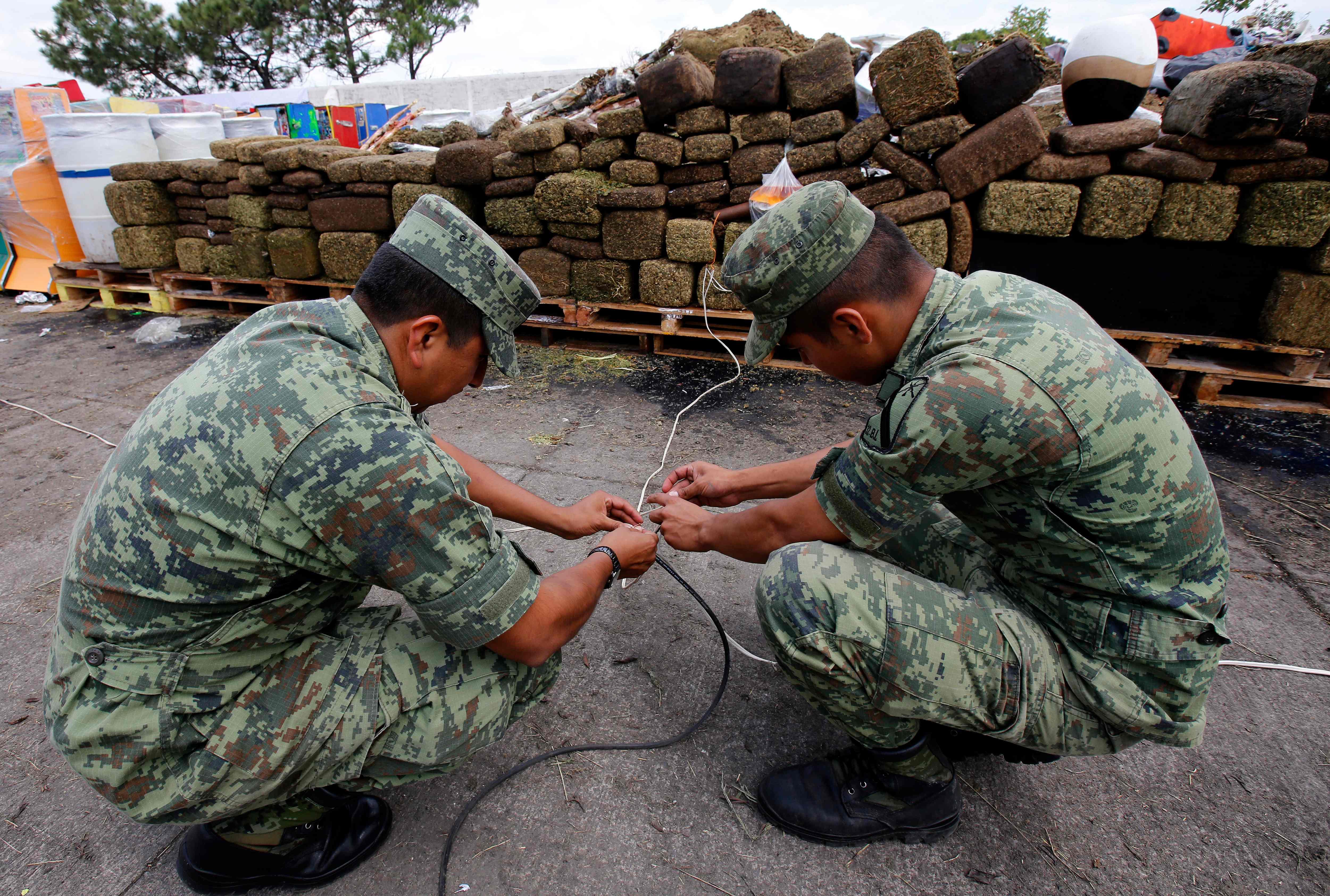 رجال الجيش تساعد فى التخلص من المخدرات